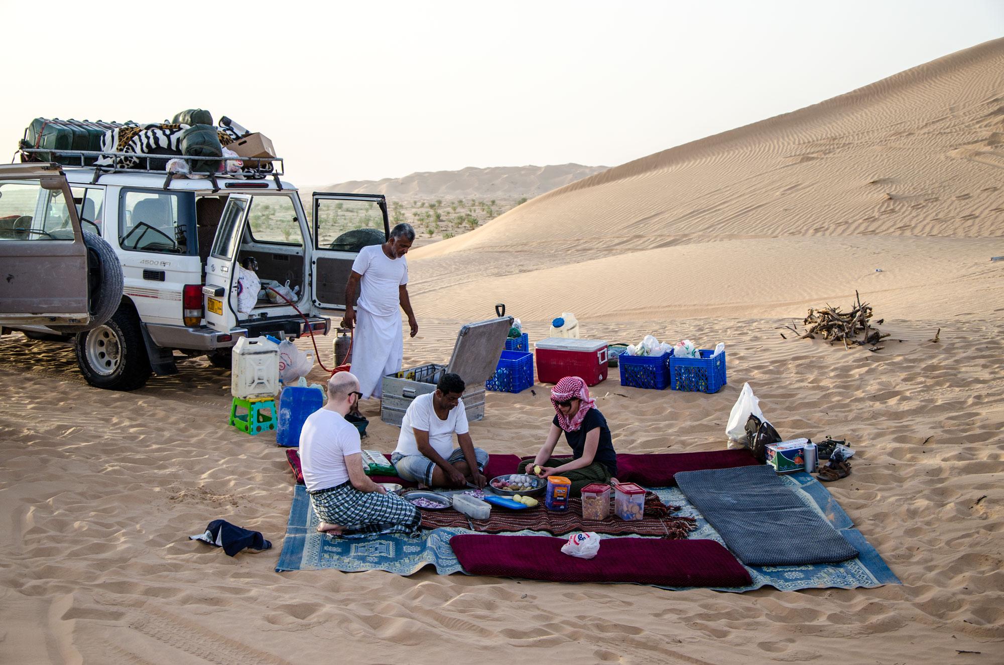 Gemeinsames Kochen im Lager in der Rub' Al-Khali. Foto: Lothar Ruttner
