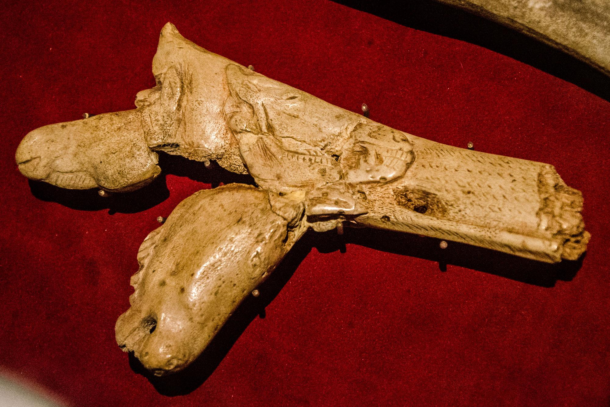Fragment einer Speerschleuder mit drei eingravierten Pferdeköpfen verschiedenen Alters, ca. 15.000 v. Chr., Salle Piette, Musée d'Archéologie Nationale, Saint-Germain-en-Laye. Foto: Lothar Ruttner