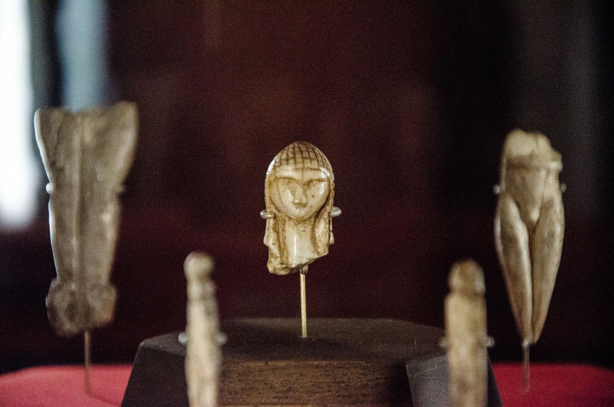 Dame de Brassempouy, Mammut-Elefenbein, ca. 21.000 v. Chr, Salle Piette, Musée d'Archéologie Nationale, Saint-Germain-en-Laye. Foto: Lothar Ruttner