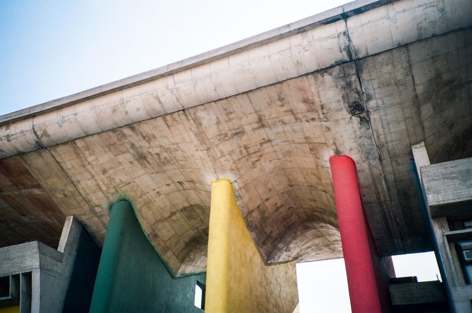 Die drei farbigen Pfeiler des High Courts. Foto: Lothar Ruttner