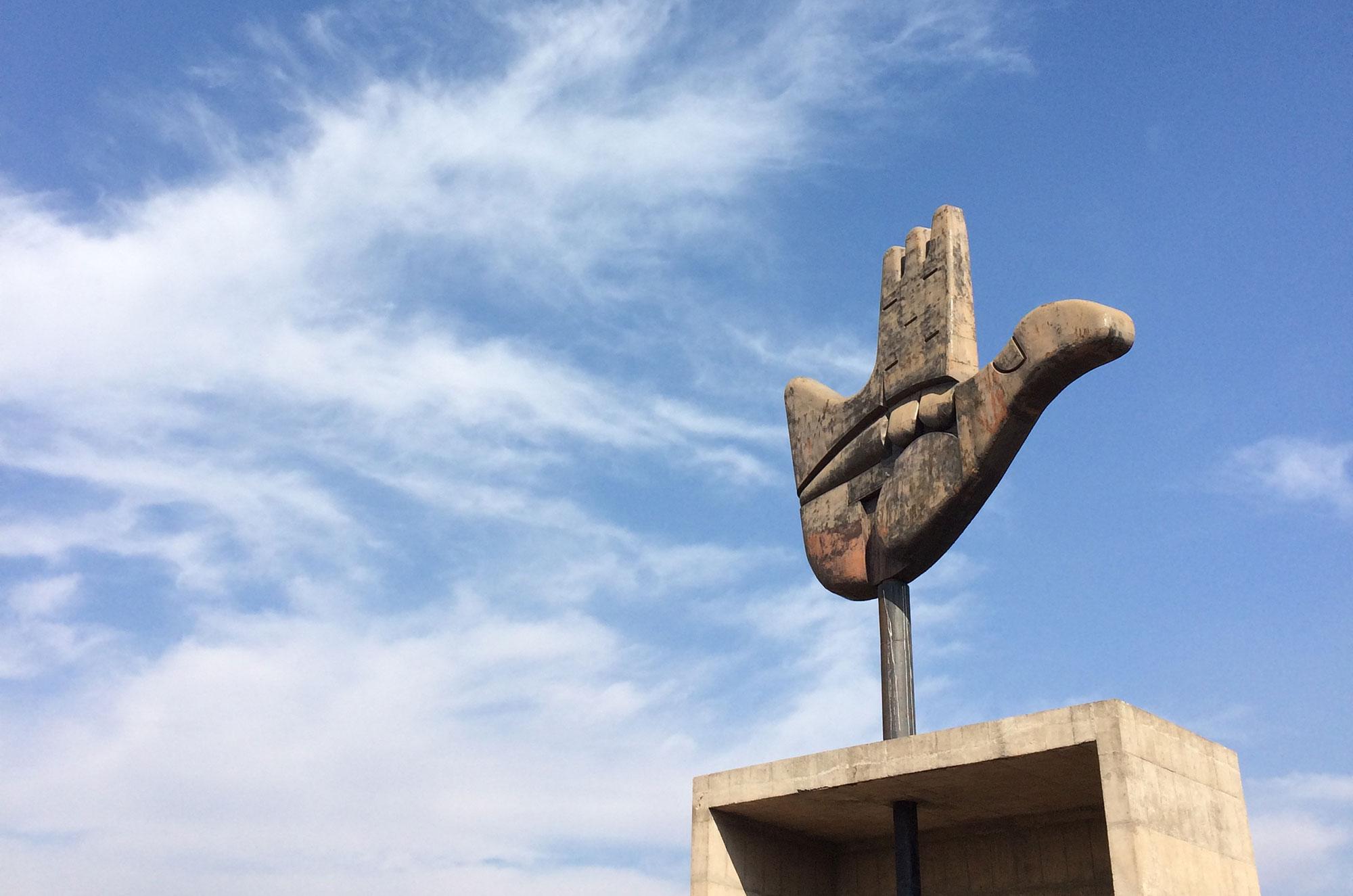 Das Wahrzeichen Chandigarhs: Corbusiers Open Hand Monument. Foto: Lothar Ruttner