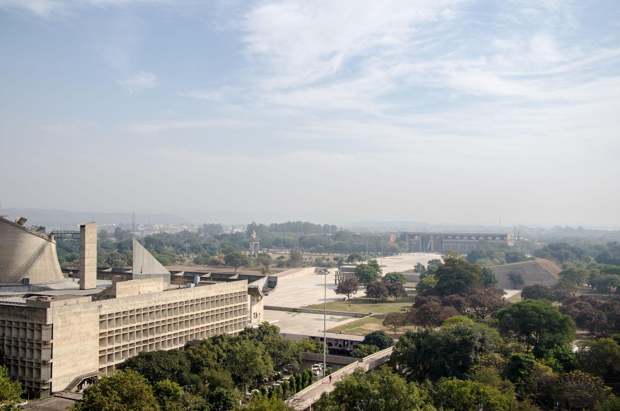 Aussicht vom Secretariat auf den Capitol Complex: links die Assembly, dahinter das Open Hand Monument, ganz hinten das High Court. Foto: Matthieu Götz.