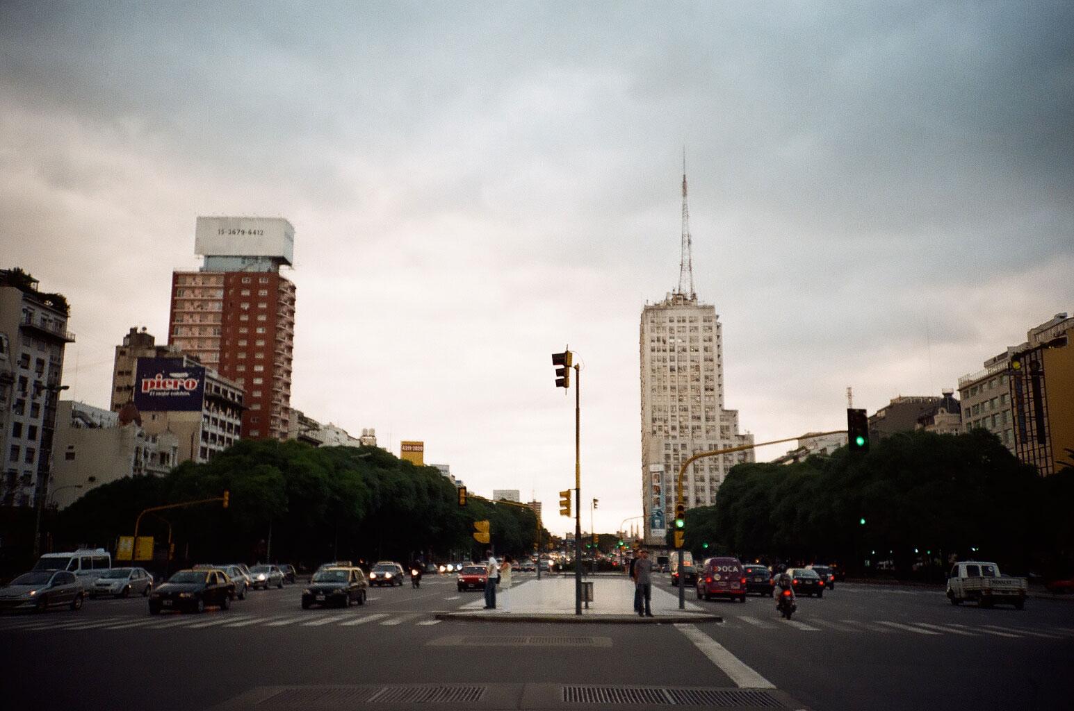 """Start im Zentrum der Argentinischen Hauptstadt Buenos Aires, an der Avenida 9 de Julio, dem zentralen """"Nervenstrang"""" der Stadt. Foto: Lothar Ruttner"""