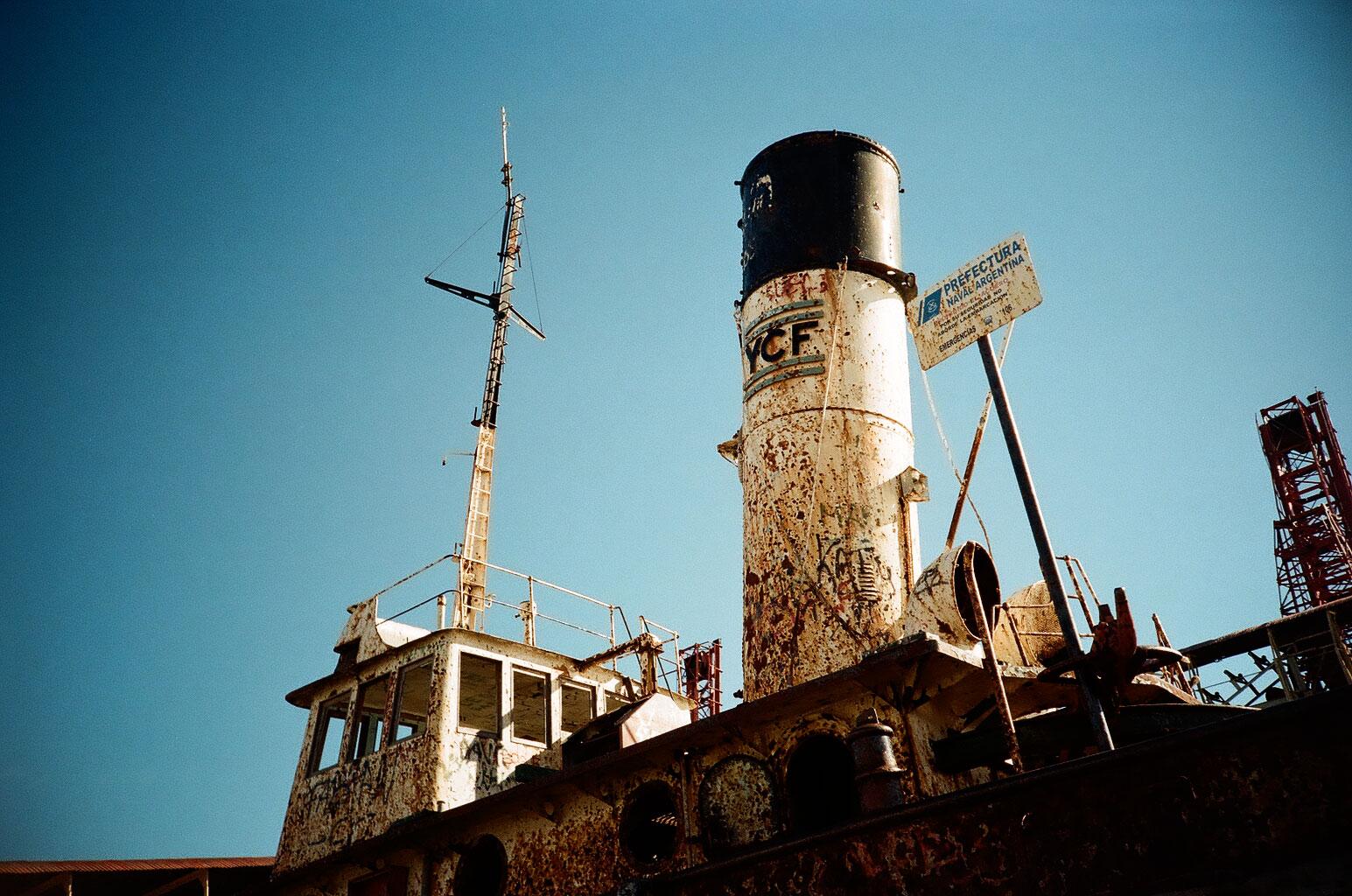 Mit Sehenswürdigkeiten ist die Stadt nicht gesegnet, dafür mit der Ästhetik des Verfalls: ein Schiffswrack am Hafen von Río Gallegos. Foto: Lothar Ruttner
