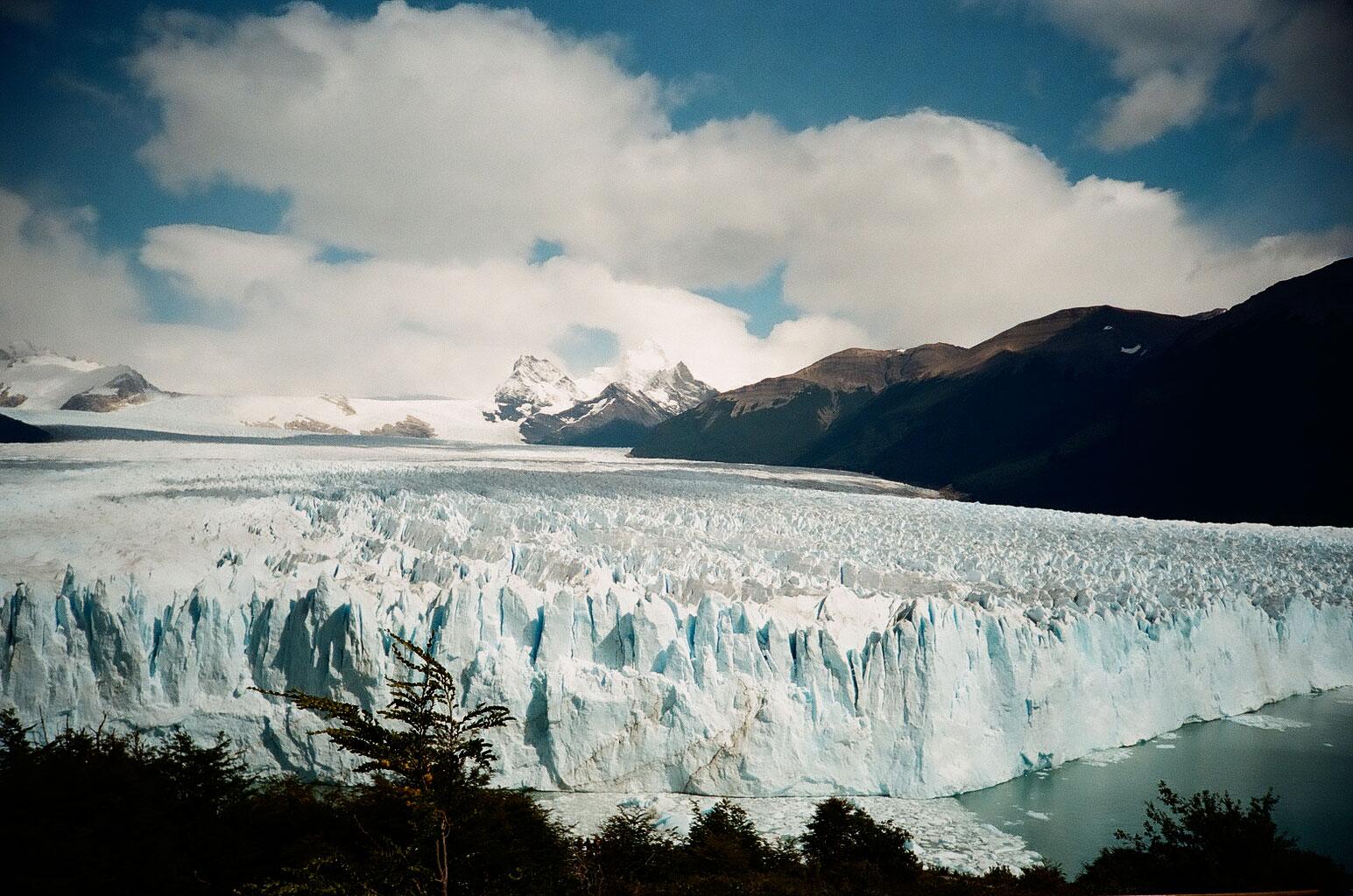Ebenso beeindruckend: die Eismassen des 254 km² großen Gletschers Perito Moreno im Nationalpark Los Glaciares. Foto: Lothar Ruttner