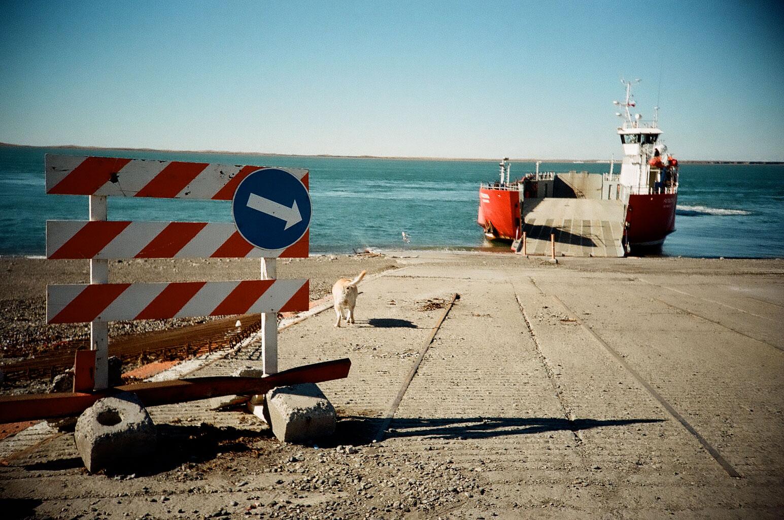 Ausflug nach Chile: Um nach Feuerland zu kommen, muss man die Grenze passieren und die Fähre vom chilenischen Punta Delgada über die Magellanstraße nach Bahía Azul nehmen. Foto: Lothar Ruttner