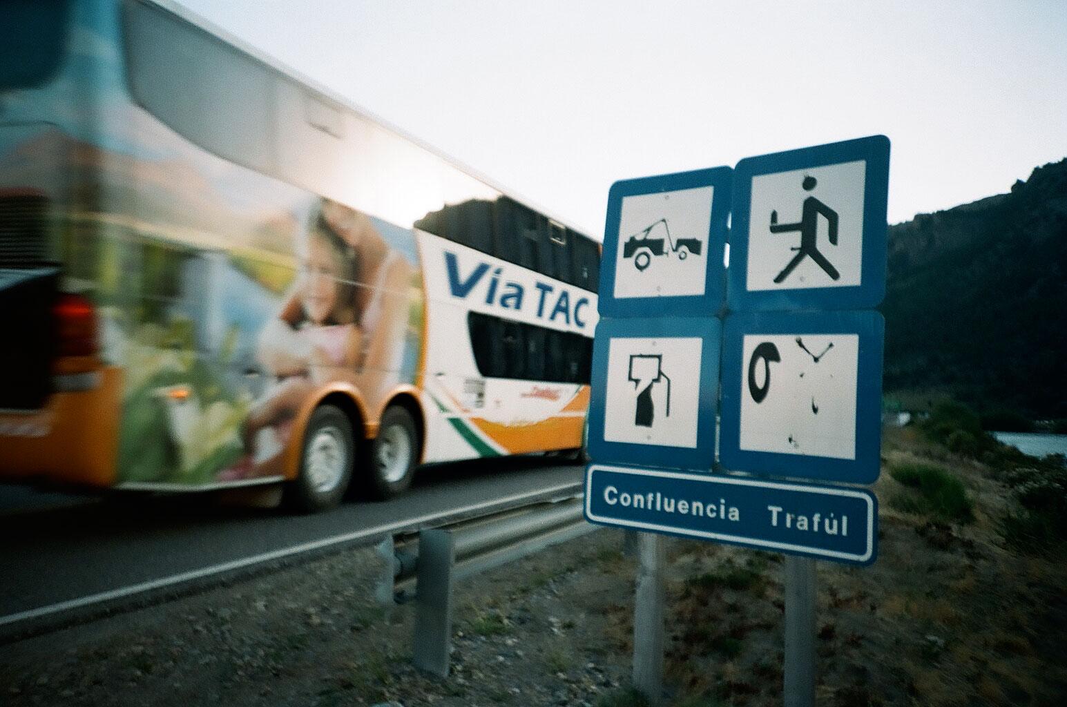 Der Reisebus ist das wichtigste öffentliche Transportmittel Argentiniens. Entsprechend häufig sieht man die unterschiedlich luxuriös ausgestatteten Busse fast überall. Foto: Lothar Ruttner