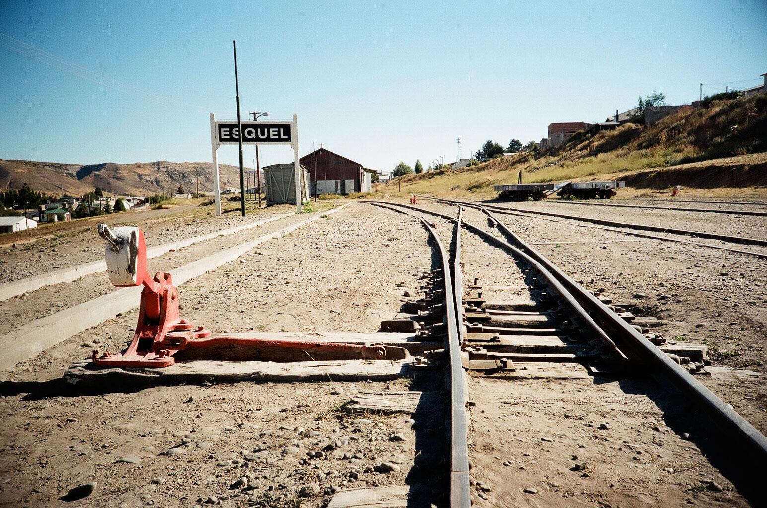 """An der Endstation des legendären, von Paul Theroux beschriebenen """"Old Patagonian Express"""", der Eisenbahn """"La Trochita"""" zwischen El Maitén und Esquel. Foto: Lothar Ruttner"""