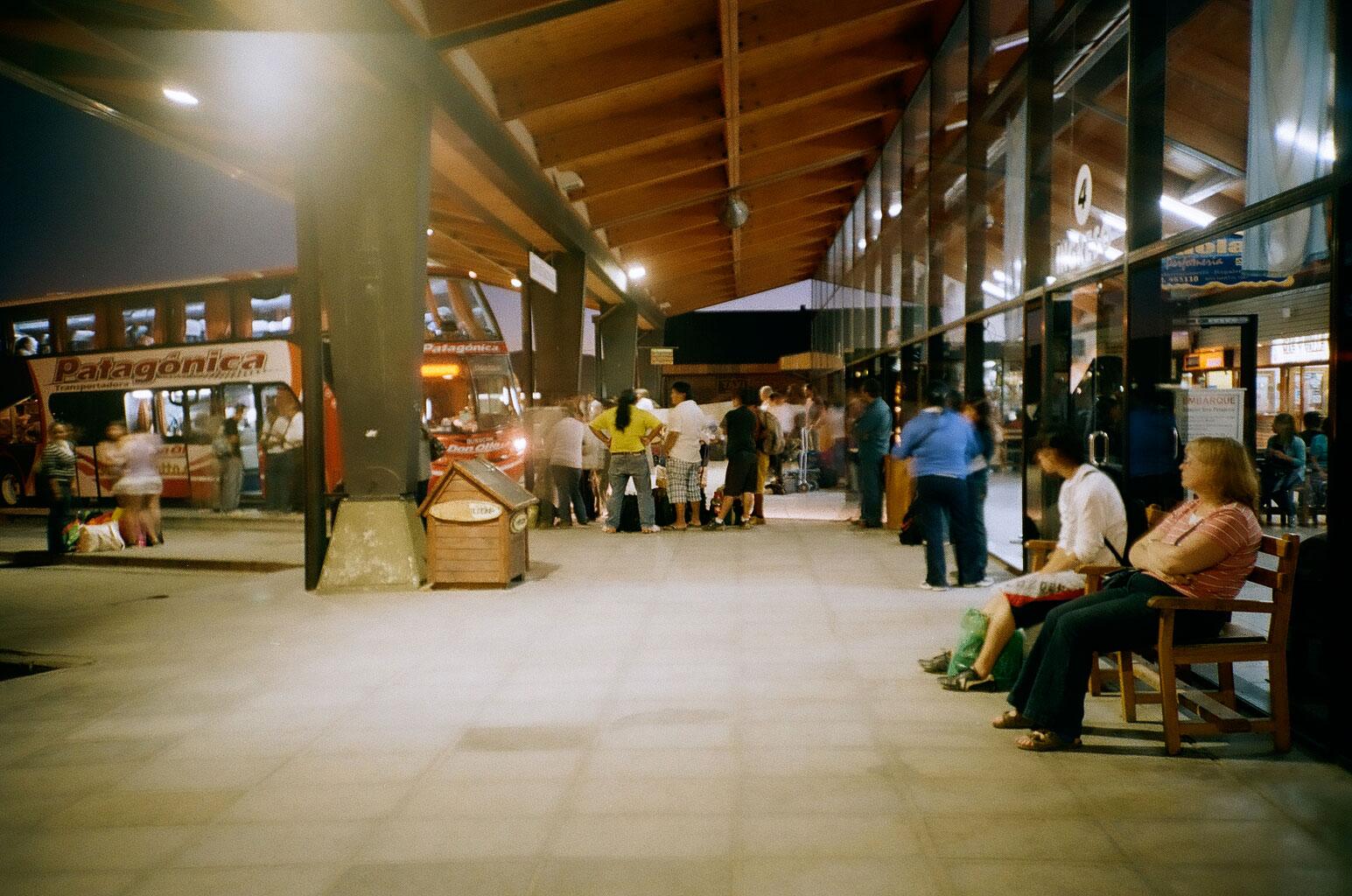 Am Busterminal von Esquel vor der Nachtfahrt nach Comodoro Rivadavia, dem Umsteigeort für Fahrten weiter in den Süden. Foto: Lothar Ruttner