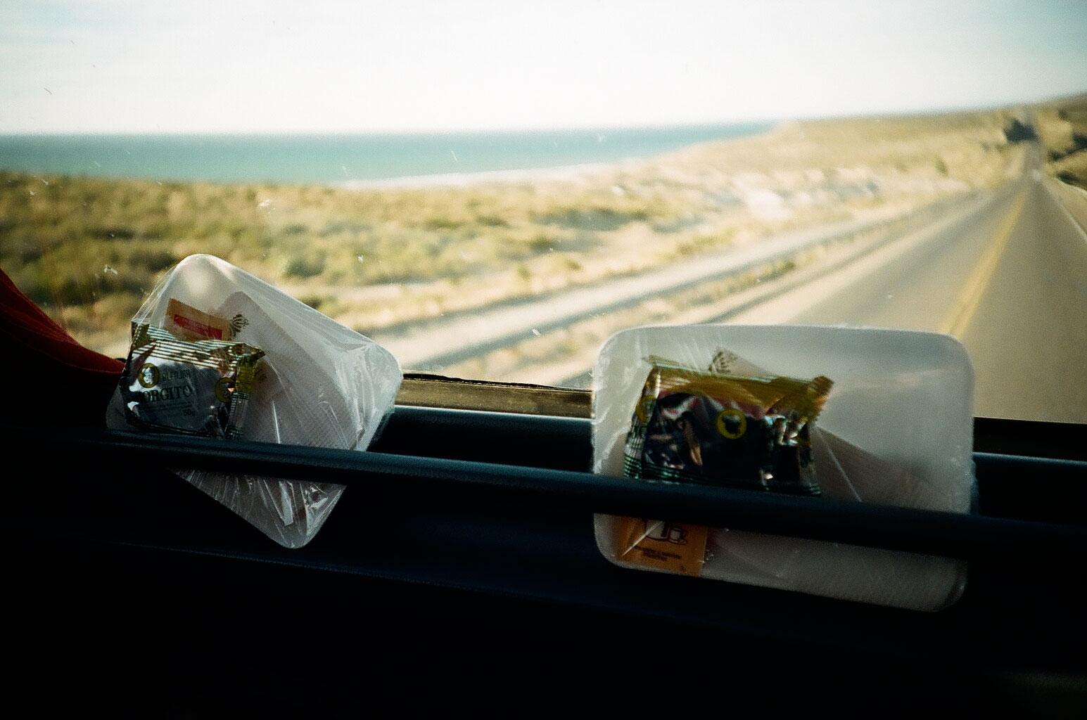 Während wir im Norden im Bus noch mit einem Gläschen Sekt begrüßt wurden und nach dem Essen Whiskey als Digestiv serviert wurde, erinnert die Bordverpflegung im Süden eher an Snacks auf europäischen Kurzstreckenflügen. Foto: Lothar Ruttner