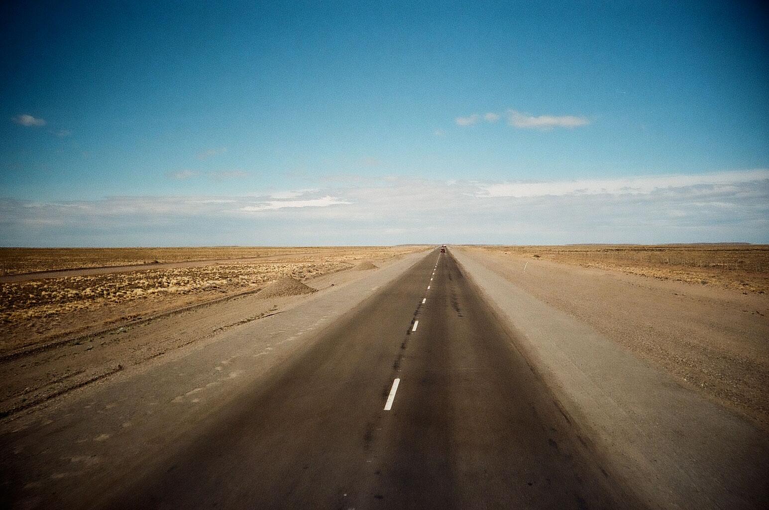 Die Busfahrt durch die reizarme Landschaft im Südosten Patagoniens ist eine fast medidative Entspannung für den Geist. Foto: Lothar Ruttner