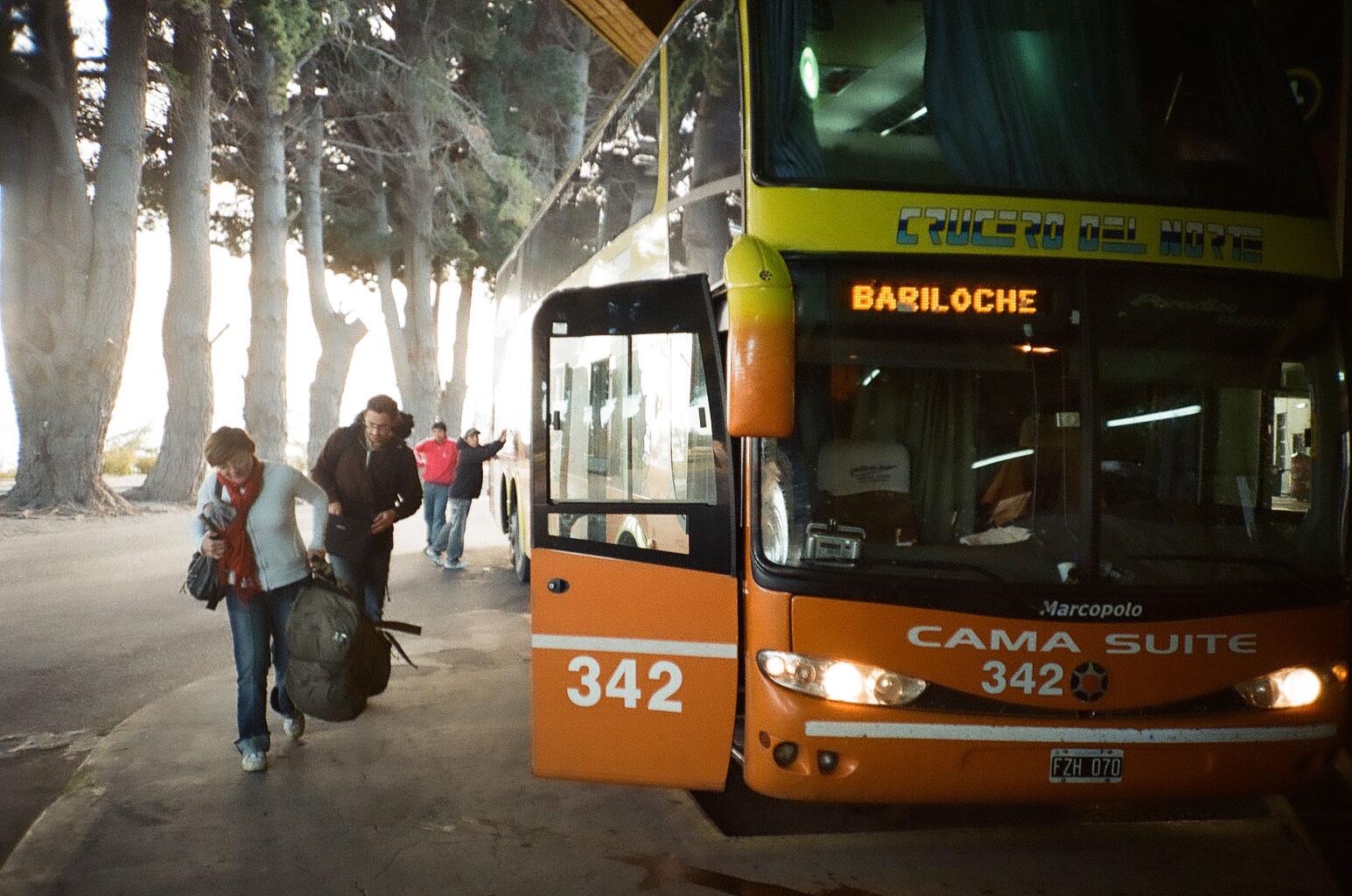 """Mit dem luxuriösen Nachtbus geht es Richtung Südwesten. Morgendliche Ankunft in Bariloche, dem Startpunkt in die """"argentinische Schweiz"""" am nördlichen Ende Patagoniens. Foto: Lothar Ruttner"""