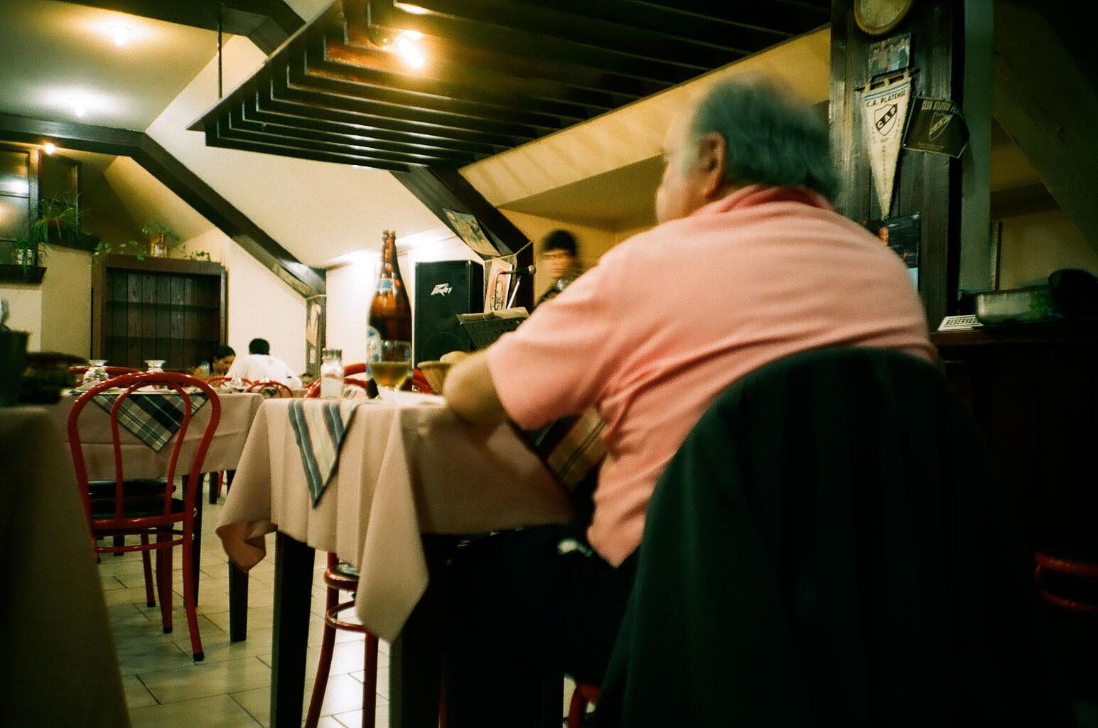 Abendessen in einer Parrilla, einem argentinischen Grill-Restaurant, in dem vor allem Berge von Fleisch und guter argentinischer Wein serviert werden. Foto: Lothar Ruttner