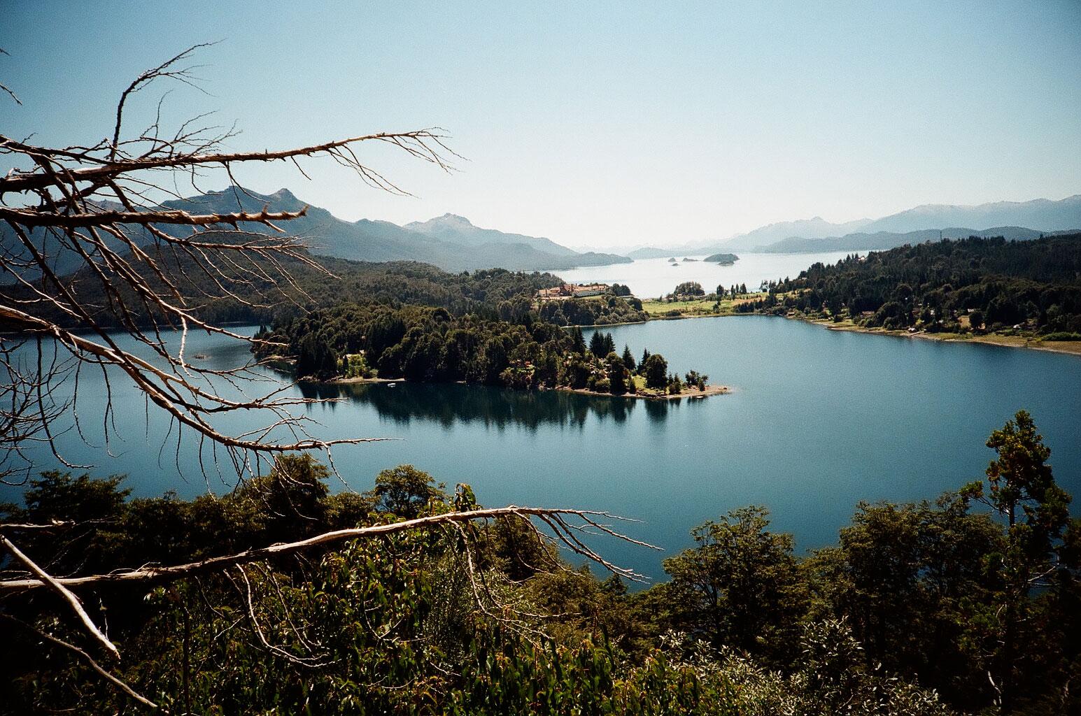 In der Nähe der Colonia Suiza eröffnet sich der Ausblick über den Lago Perito Moreno auf das Luxushotel Llao Llao im Nationalpark Nahuel Huapi. Foto: Lothar Ruttner