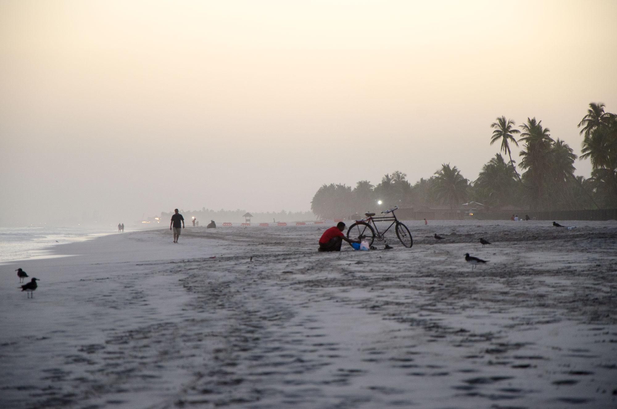Mit einer Abendstimmung starten wir am Strand von Salalah im Süden des Omans. Foto: Lothar Ruttner