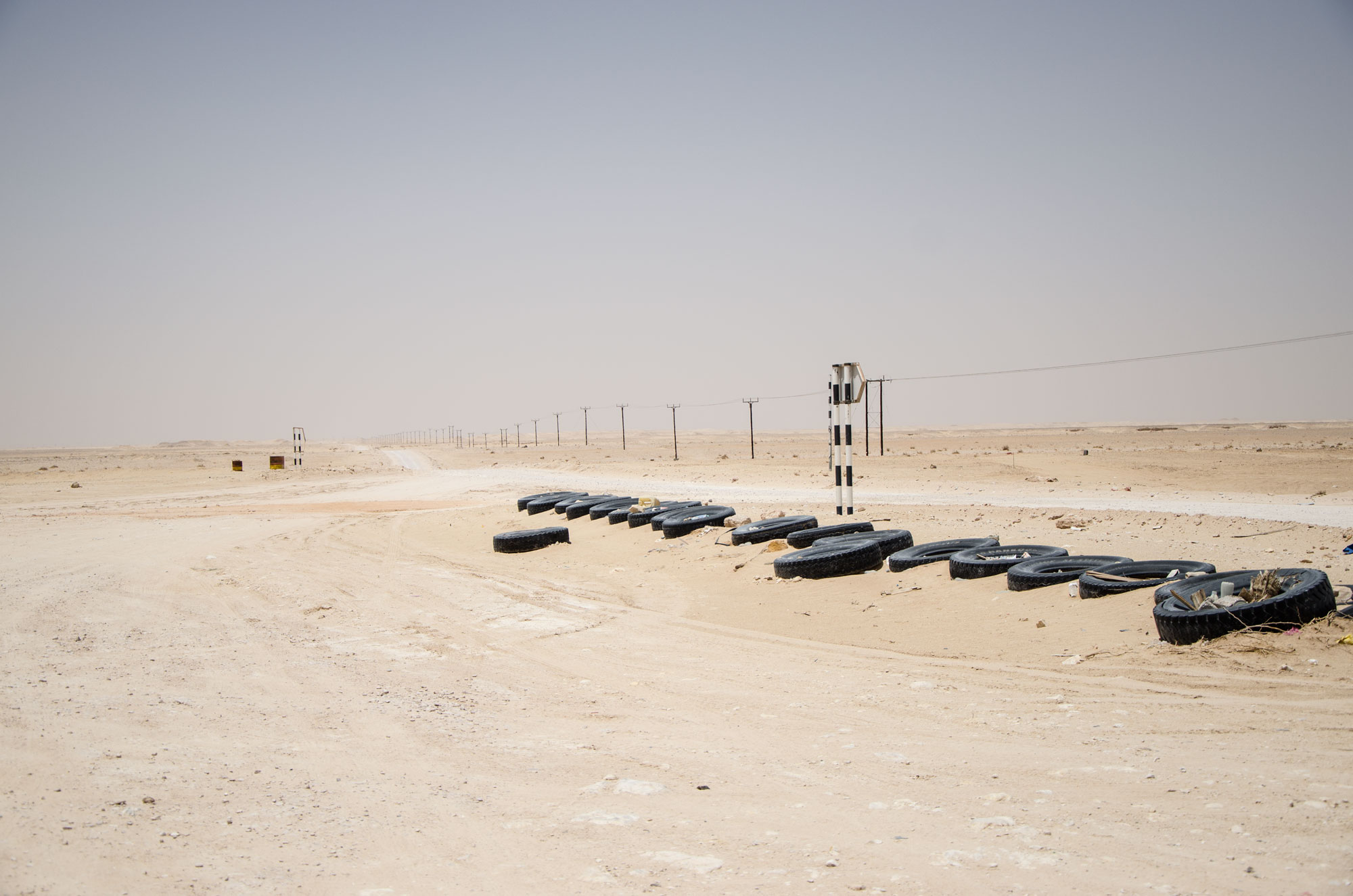 Am Rande der Rub' Al-Khali, der großen arabischen Sandwüste, gibt es kaum noch asphaltierte Straßen, sondern großteils nur noch Sandpisten. Foto: Lothar Ruttner