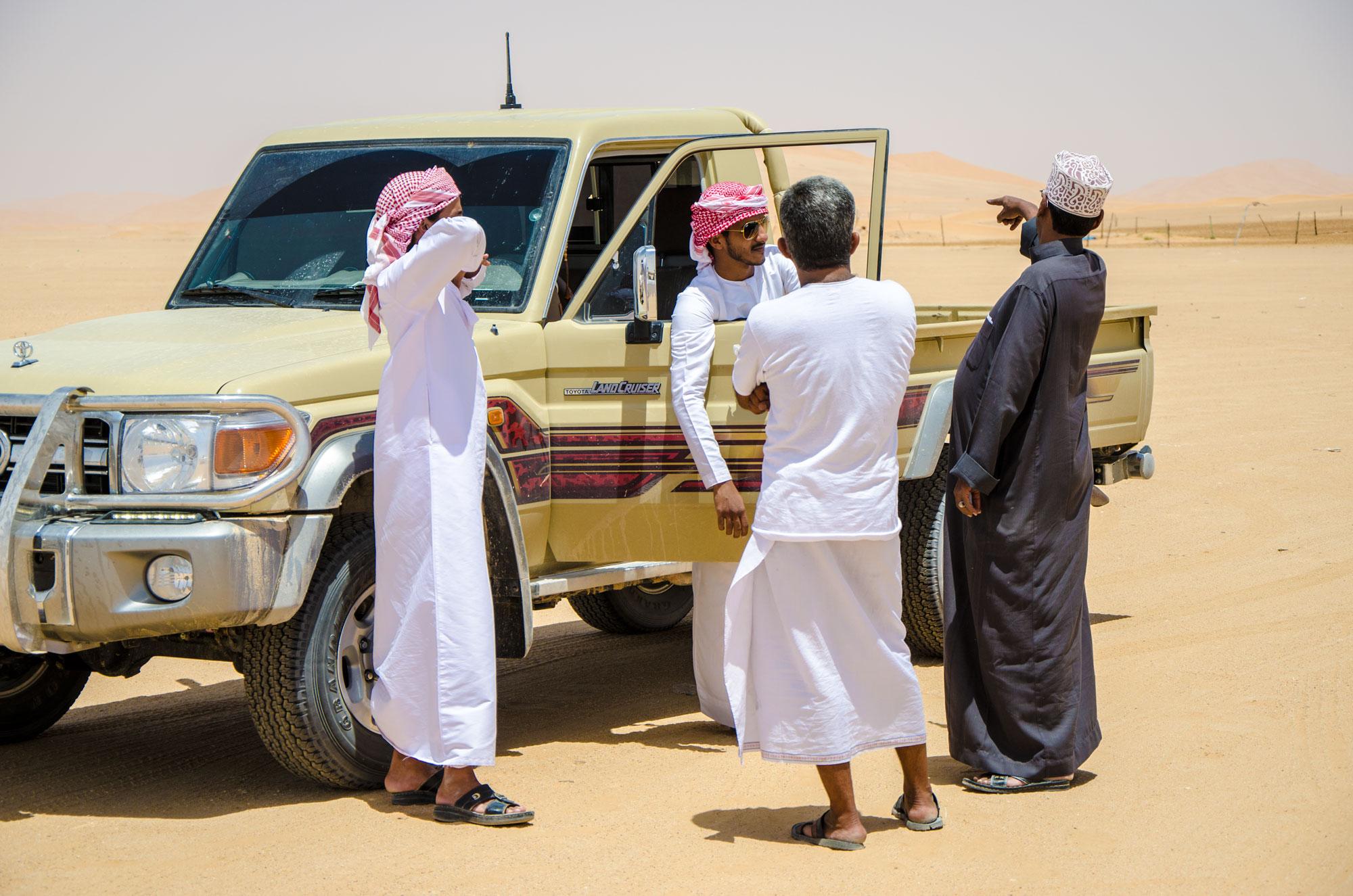 Die Besitzer der Kamelherde im Gespräch mit unseren Fahrern. Foto: Lothar Ruttner