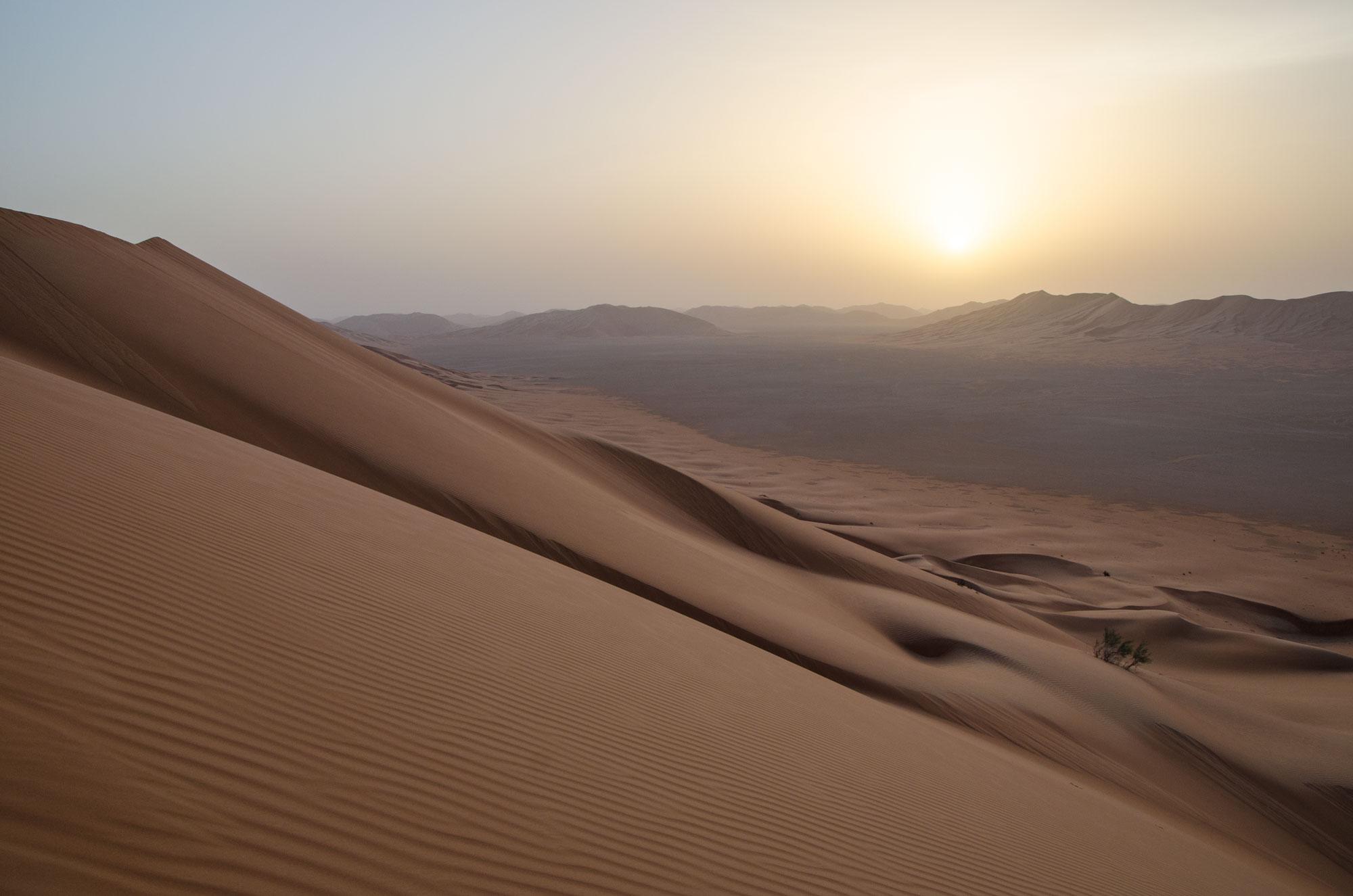 Nach dem Schlaf mit der Sonne aufstehen und den Sonnenaufgang über den Dünen beobachten. Foto: Lothar Ruttner