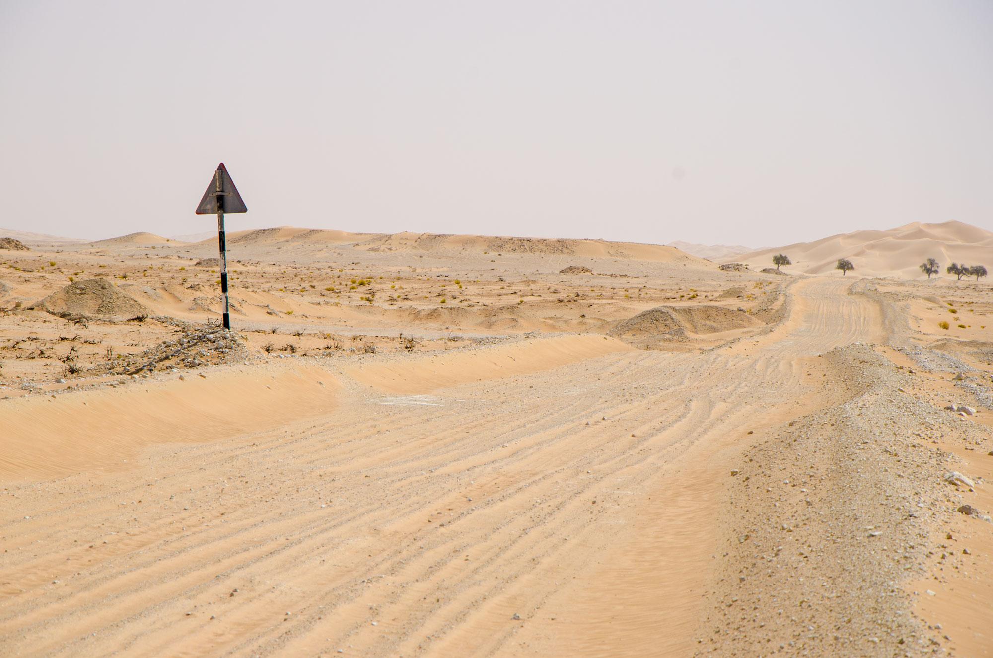 Eine Sandpiste, ein klares Zeichen, dass wir uns wieder der Zivilisation nähern. Foto: Lothar Ruttner