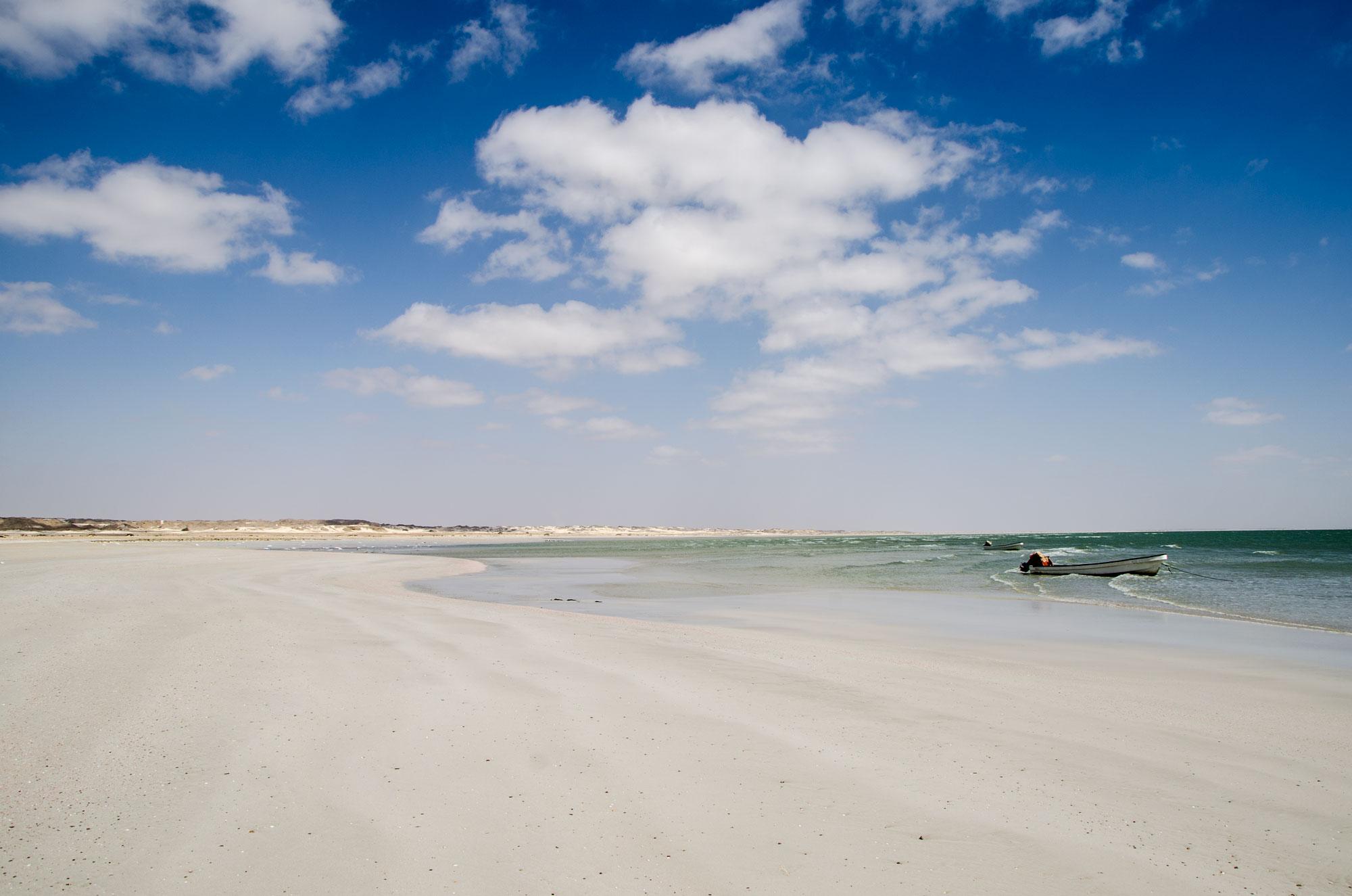 Bei Ar Rumayliyah stoßen wir, nach einer Woche in der Wüste, wieder auf das Meer. Foto: Lothar Ruttner