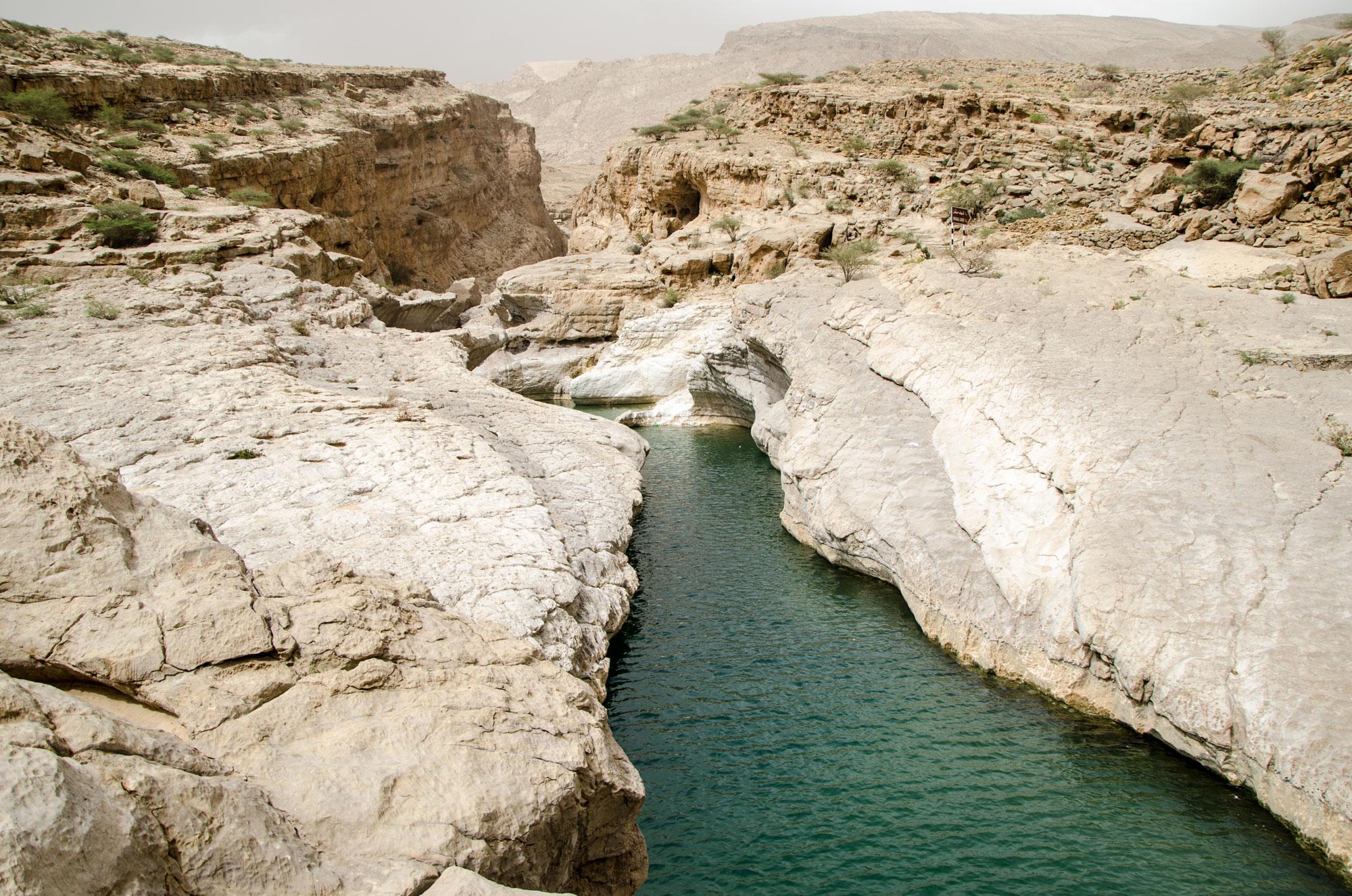 Beeindruckend ist der Abstecher ins Wadi Bani Khalid mit einem kleinen Canyon, der zum Schwimmen einlädt. Foto: Lothar Ruttner