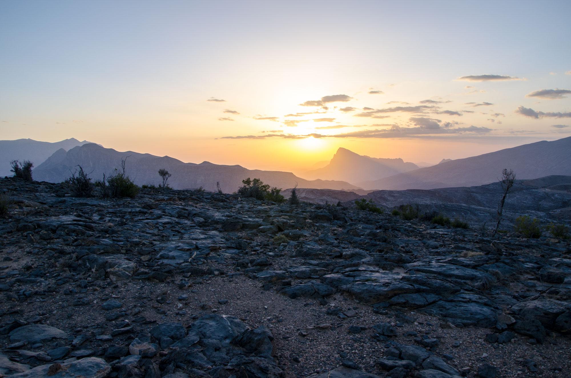 Eine Übernachtung am Jebel Shams lässt unsere Herzen beim Anblick des Sonnenuntergangs höher schlagen. Foto: Lothar Ruttner