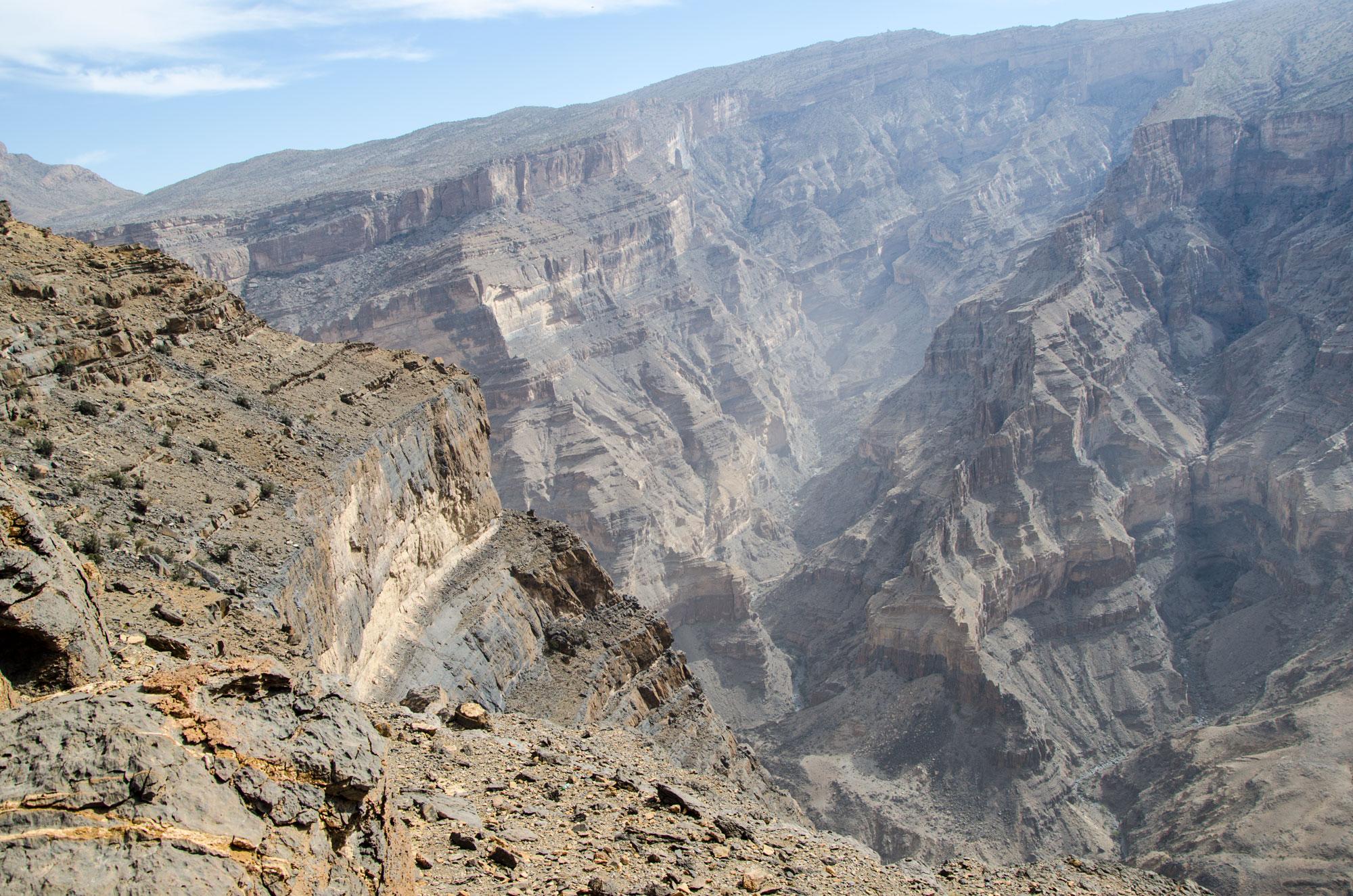 """Das Gipfelplateau des Jebel Shams mit seinen bis zu 1000 Meter abfallenden Wänden wird hier auch """"Grand Canyon"""" genannt. Foto: Lothar Ruttner"""