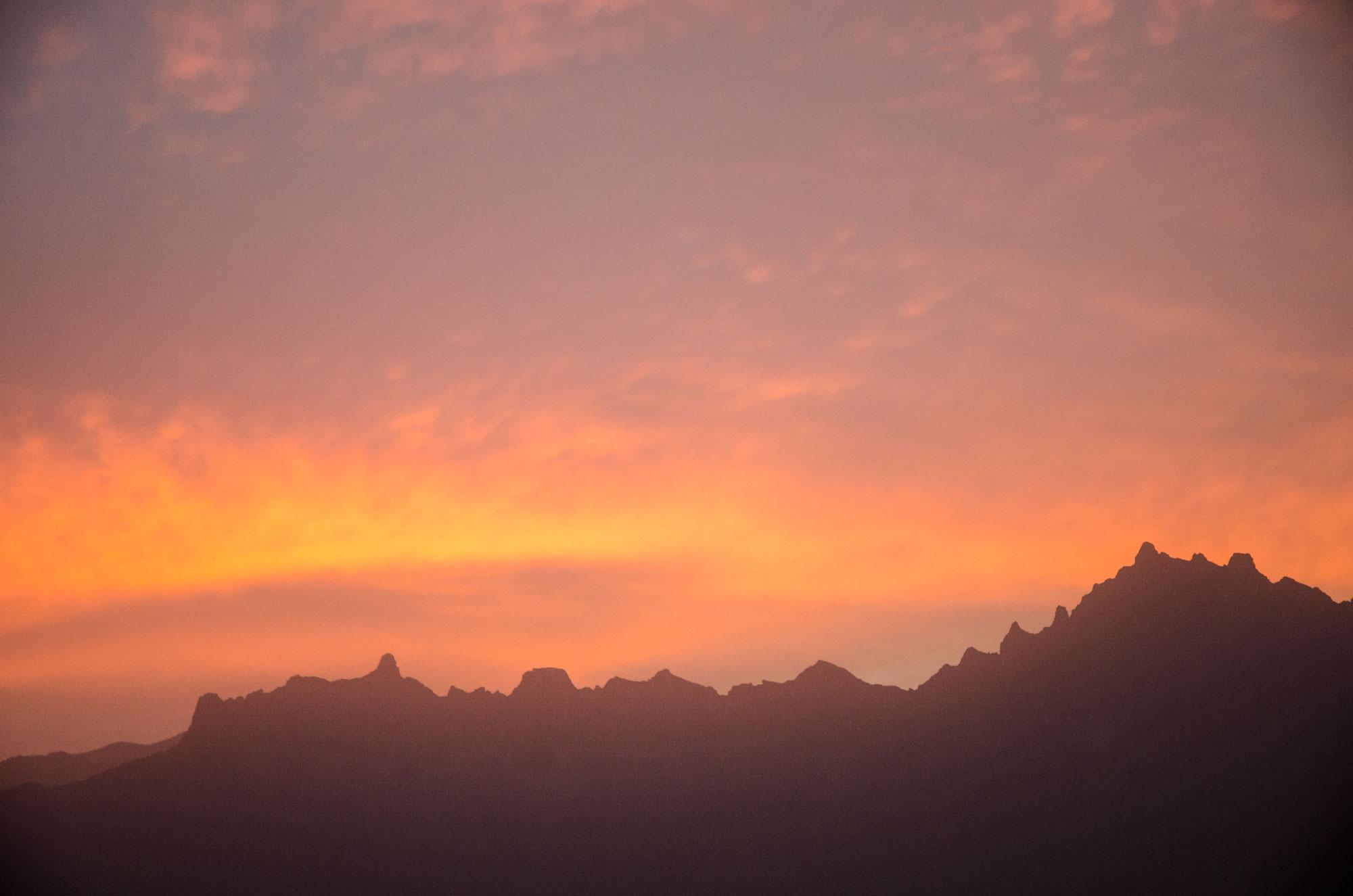 Noch eine Nacht, und ein Sonnenuntergang, am Fuße des Jebel Shams