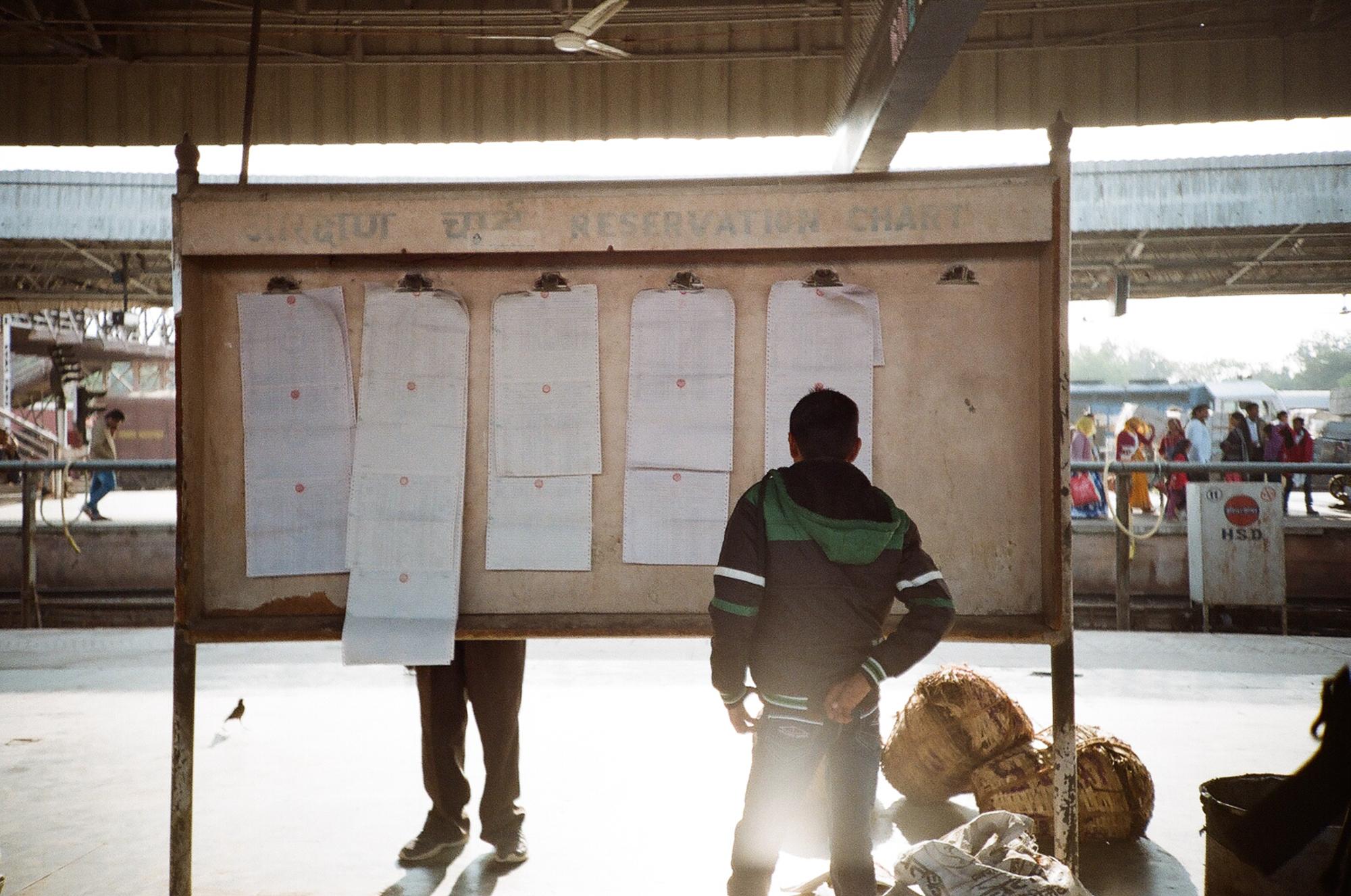 Die Reservierungslisten, in denen die aktuellen Sitzplätze verzeichnet sind. Bahnhof Jaipur. Foto: Lothar Ruttner