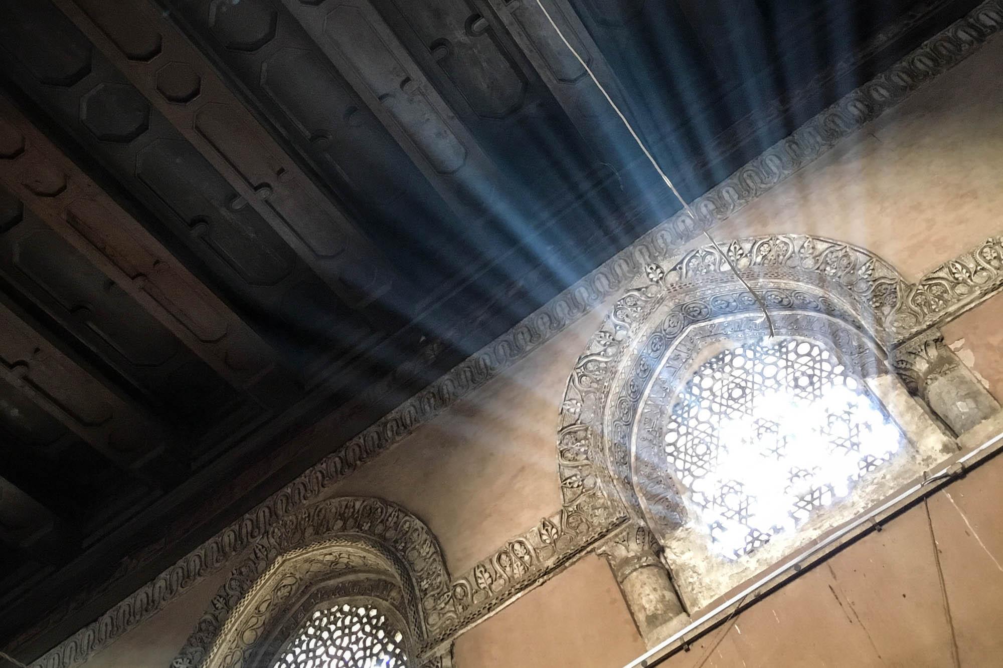 Am Vormittag strahlt die Sonne durch die reich verzierten Fenster auf der nach Mekka ausgerichteten Seite der Ibn-Tulun Moschee in Kairo. Foto: Lothar Ruttner
