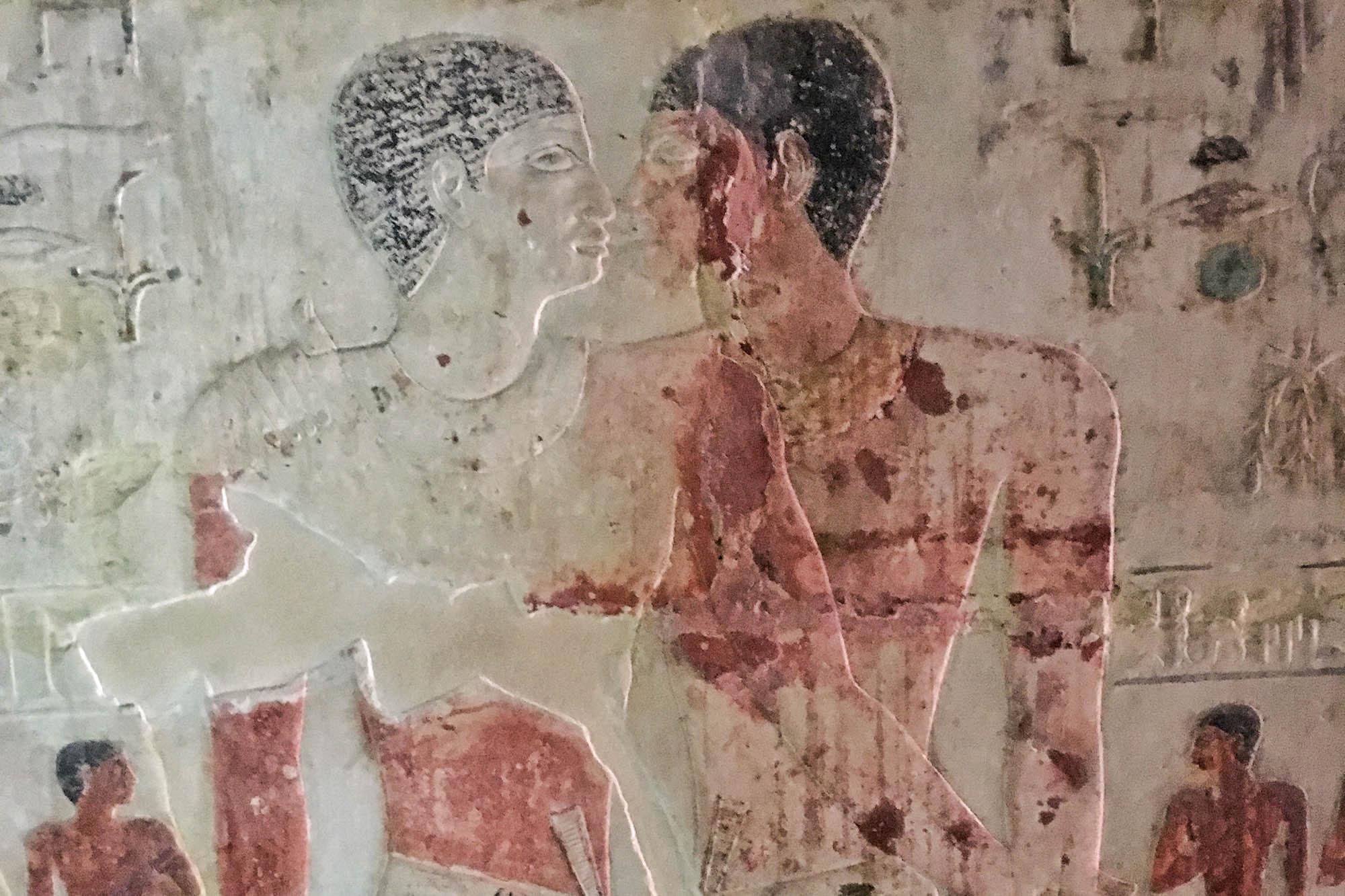 """Nianchchnum und Chnumhotep in einer Abbildung in ihrem gemeinsamen Grab in der Nekropole von Saqqara. Die offiziell als """"Grab der zwei Brüder"""" bekannte Mastaba stammt aus der 5. Dynastie, etwa 2400–2450 v. Chr. Foto: Lothar Ruttner"""