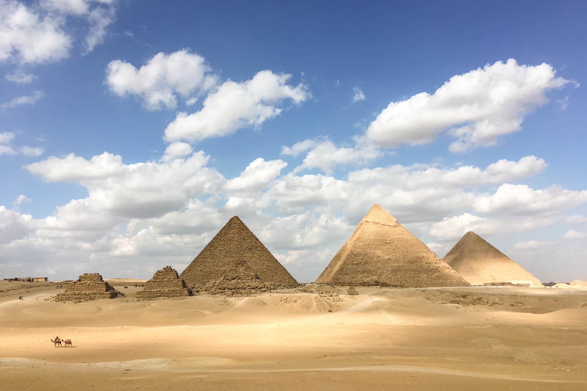 Die Pyramiden auf dem Giza-Plateau, etwa 15 Kilometer vom Stadtzentrum Kairos entfernt, stammen aus der 4. Dynastie, also dem Alten Reich, etwa um 2500 v. Chr. Die Könige Cheops (Khufru), Chephren (Khafre) und Mykerinos (Menkaure) ließen sich dort ihre Königsgräber erbauen. Foto: Lothar Ruttner