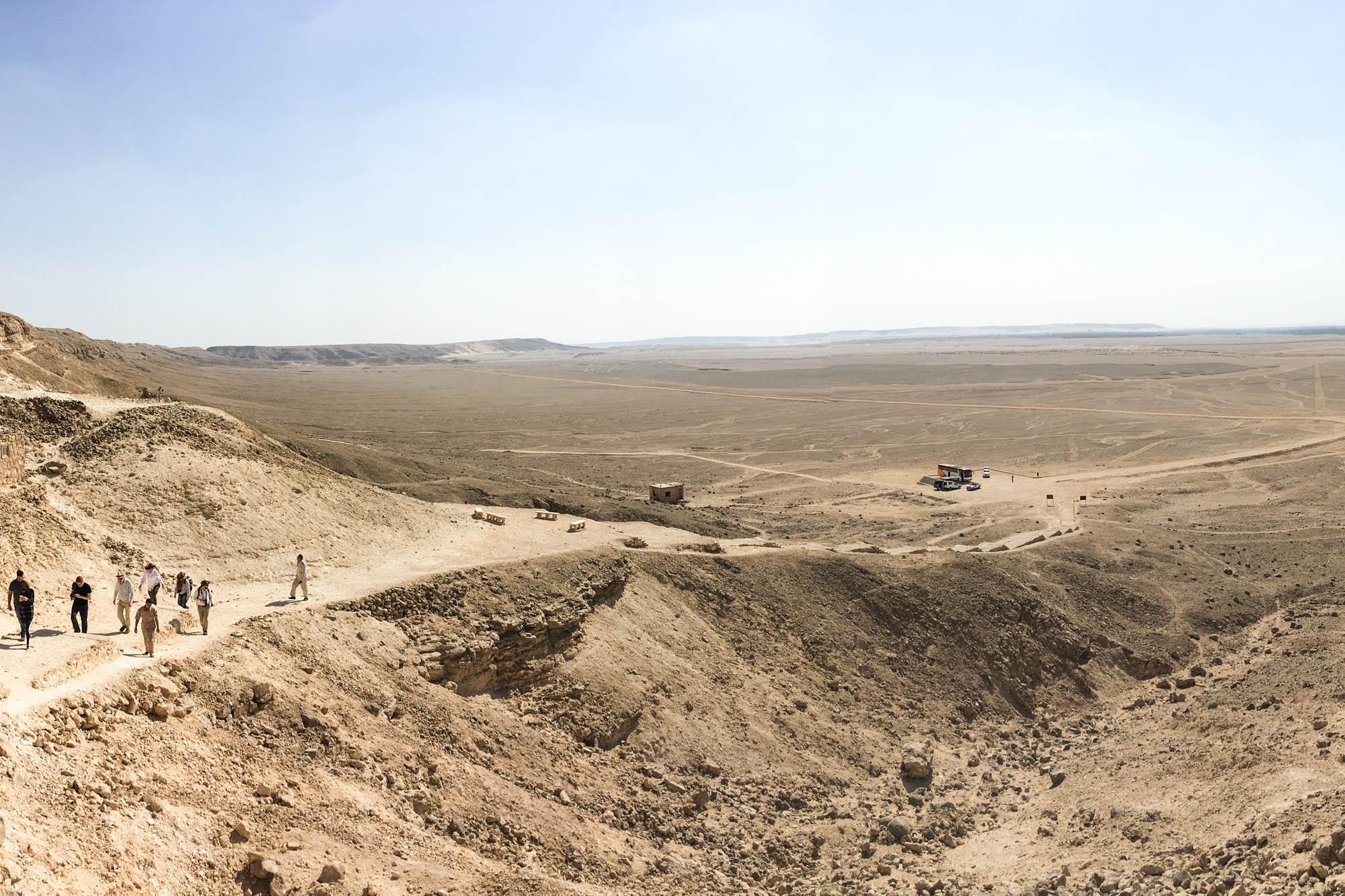 Von der um 1.350 v. Chr. von Echnaton gegründeten neuen Residenzstadt zu Ehren des von ihm als einzigem Gott anerkannten Aton in heutigen Tell el-Amarna ist heute wenig sichtbares erhalten. Foto: Lothar Ruttner