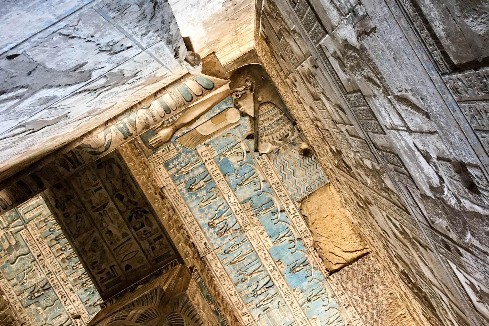 Der Tempel von Dendera, 55 km nördlich von Luxor, ist der Göttin Hathor geweiht. An seiner Decke finden sich Darstellungen der Göttin Nut, die jeden Abend die Sonne verschluckt und sie morgens wieder gebiert. Foto: Lothar Ruttner