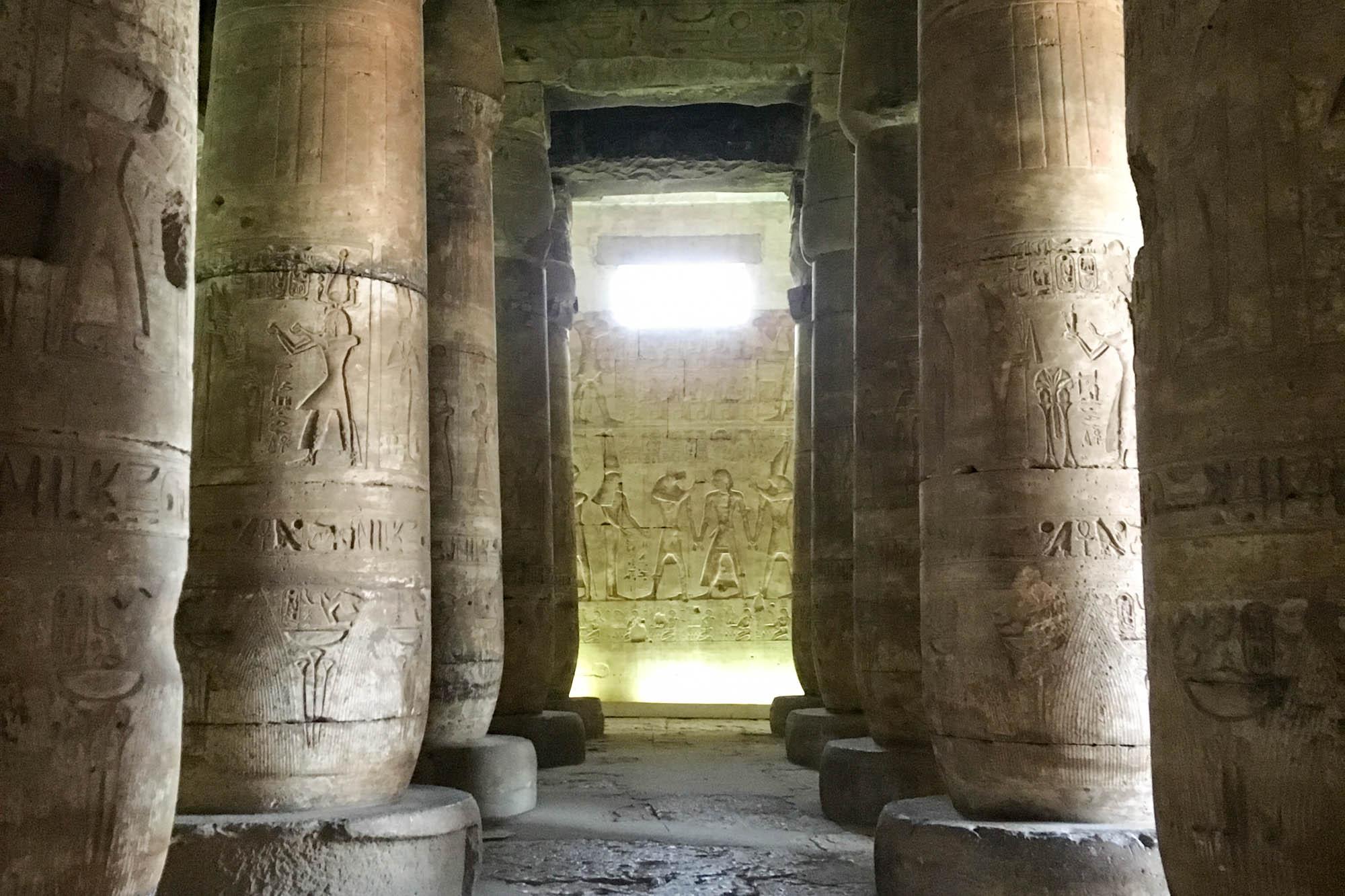 Ein Gang in der ersten Säulenhalle des Tempels von Sethos I. in Abydos. 24 Papyrussäulen tragen die noch fast vollständig erhaltene Decke aus der 19. Dynastie. Foto: Lothar Ruttner