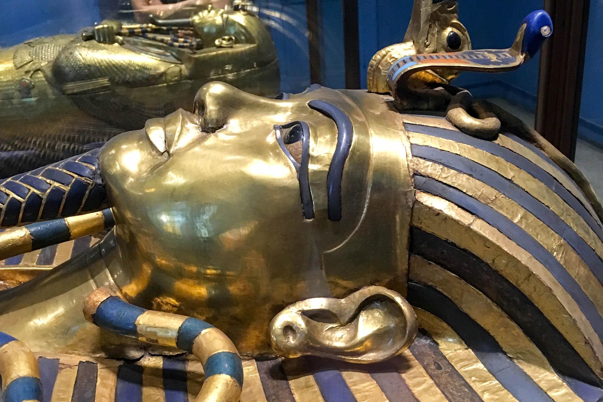 Publikumswirksam werden die wertvollsten Funde aus dem Grab von Tutanchamun in der Schatzkammer des Ägyptischen Museums von Kairo präsentiert. Foto: Lothar Ruttner