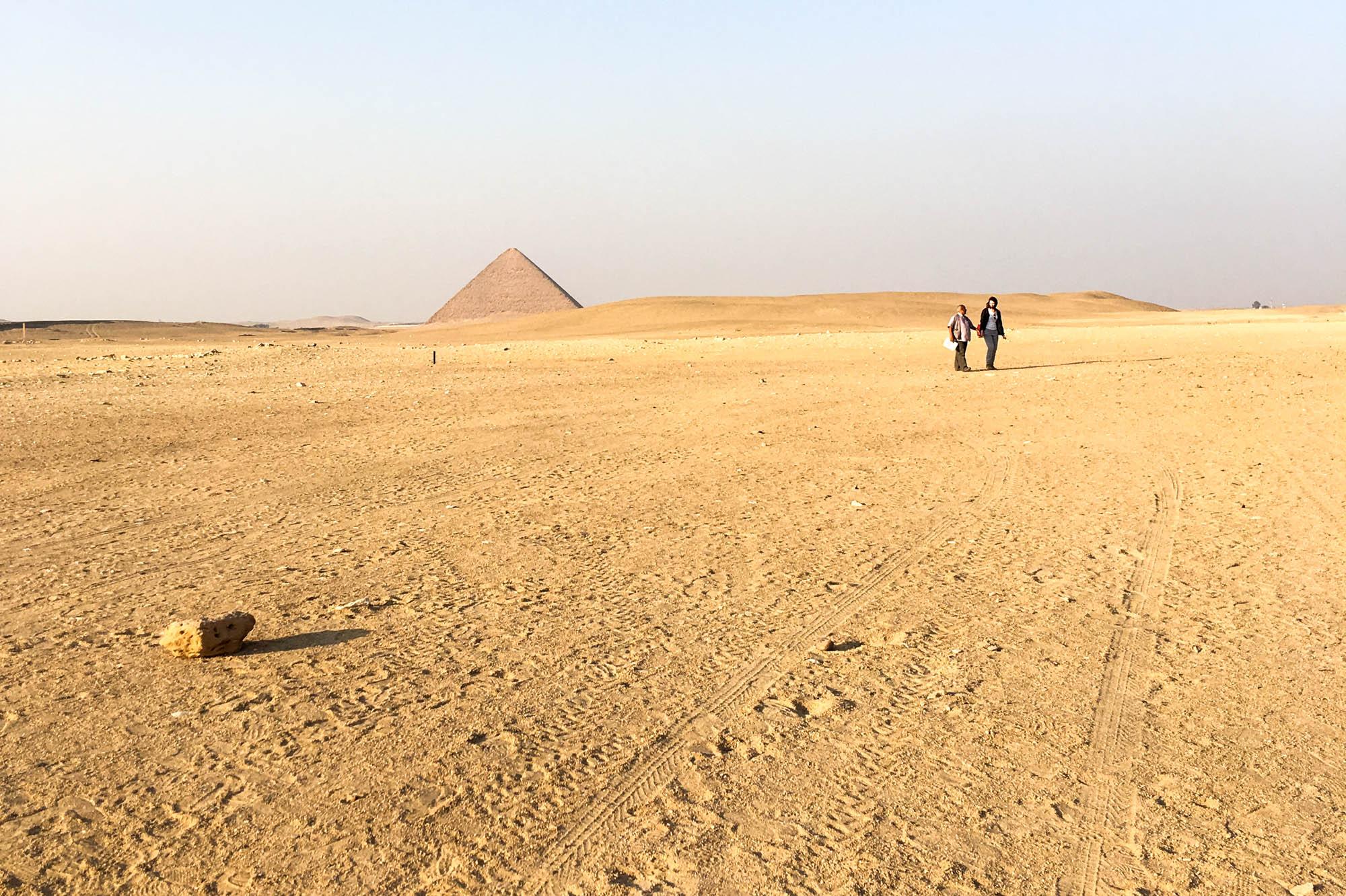 Blick von der Knickpyramide zu Snofrus Roten Pyramide in der Nekropole von Dahschur, südlich von Kairo. Foto: Lothar Ruttner