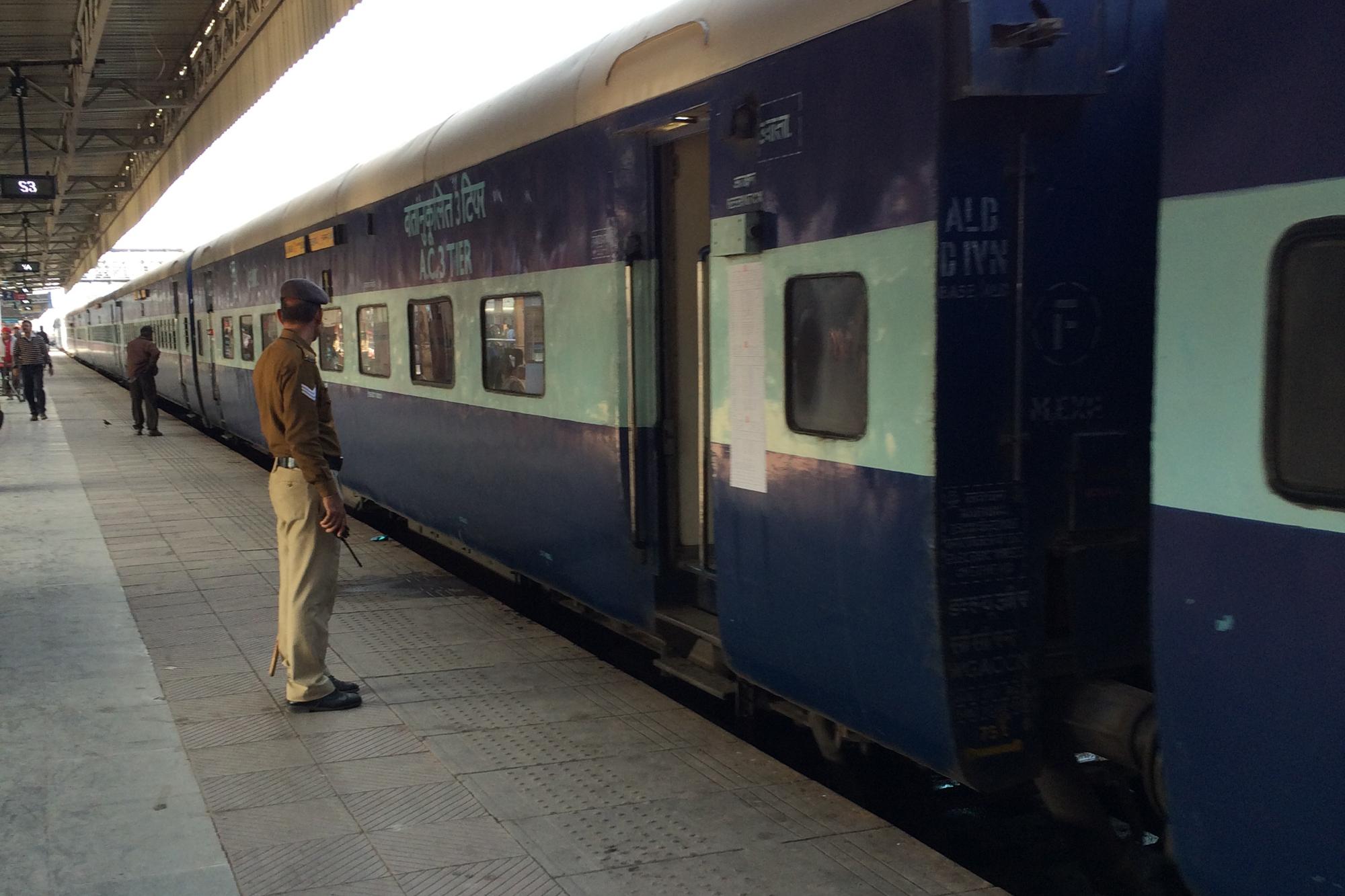 Ein Zug am Bahnhof von Jaipur. Foto: Lothar Ruttner