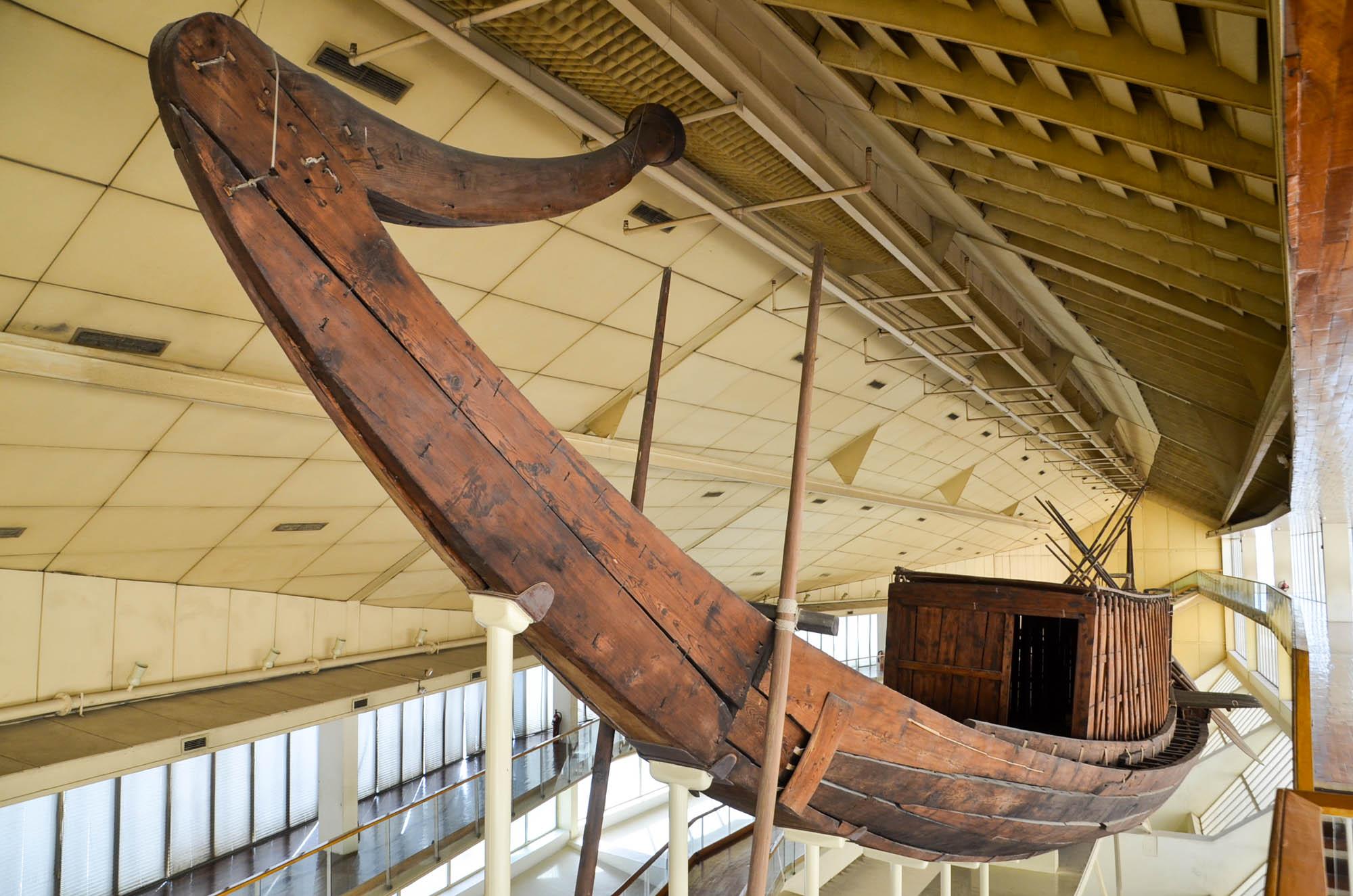 Die in einer Bootsgrube gefundene und aus 1.224 Einzelteilen wieder zusammengesetzte Barke im Bootsmuseum bei der Cheops-Pyramide. Die Funktion der begrabenen Boote ist unklar. Möglicherweise handelt es sich um Verkörperungen einer Sonnenbarke, einem rituellen Boot, mit dem der verstorbene Pharao in das Reich des Sonnengotts Ra reisen konnte. Foto: Matthieu Götz