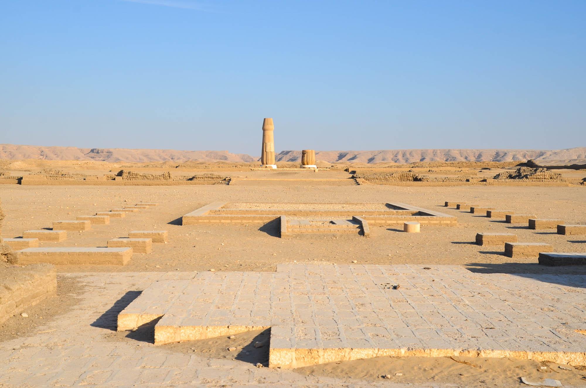 Zwei Säulen des Sanktuariums im kleinen Aton-Tempel von Echnatons Hauptstadt Achetaton in Tell el-Amarna wurden in im Rahmen von Forschungsarbeiten wiedererrichtet. Foto: Matthieu Götz