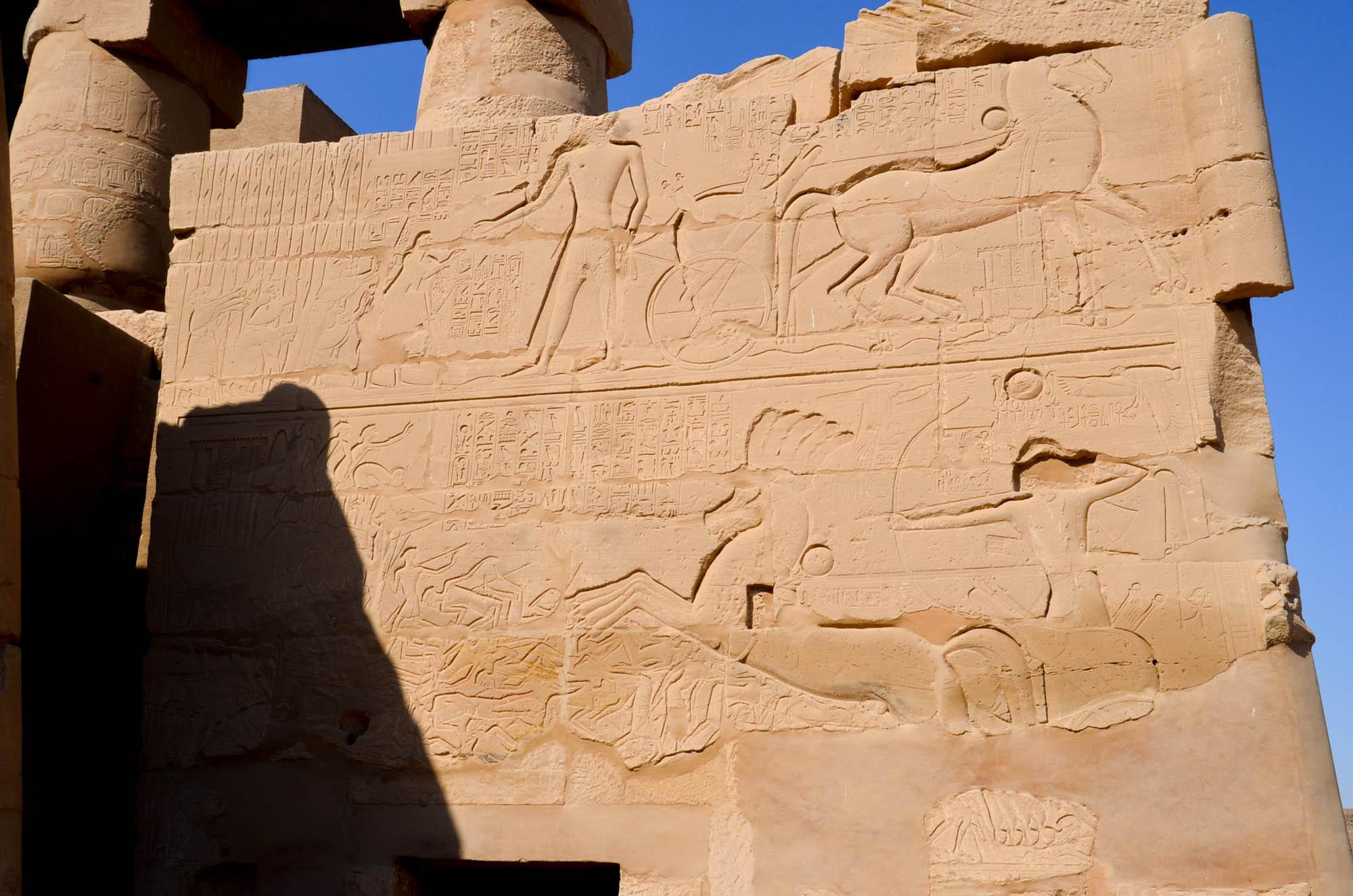 Die Geschichte der Schlacht von Kadesch, die zwischen den Ägyptern und den Hethitern in einer Patt-Situation endete, ließ Ramses II. auf einer Mauer des Karnak-Tempels als großen Sieg darstellen. Foto: Matthieu Götz
