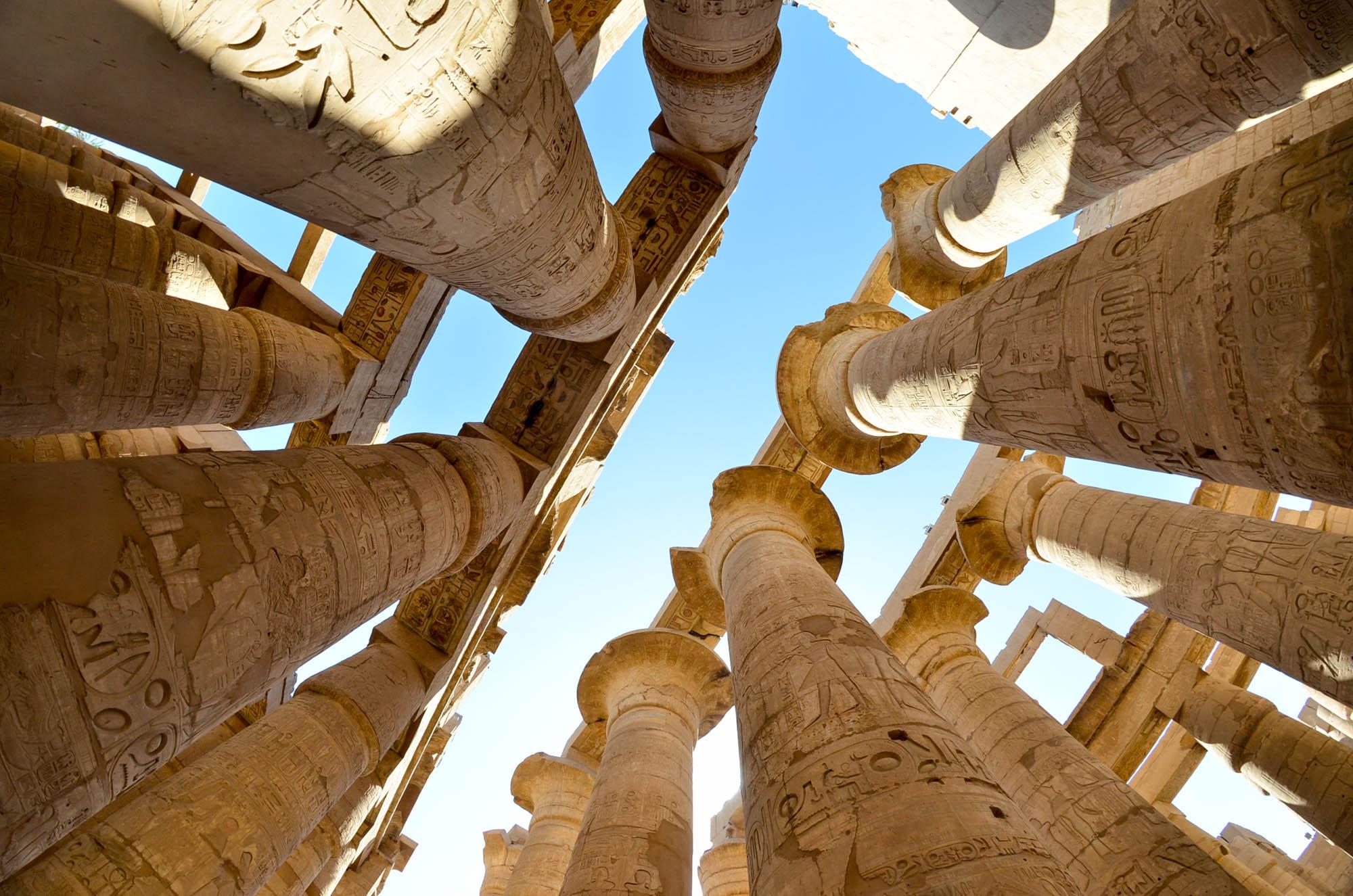 Die gewaltigen Säulen der Hypostylhalle im Tempel des Amun-Re in Karnak wurden in der 19. Dynastie unter Sethos I. und Ramses II. fertig gestellt. Auf einer Fläche von 6.000 qm stehen hier 130 Säulen, von denen die größten 23 Meter hoch sind und einen Umfang von 15 Metern besitzen. Foto: Matthieu Götz
