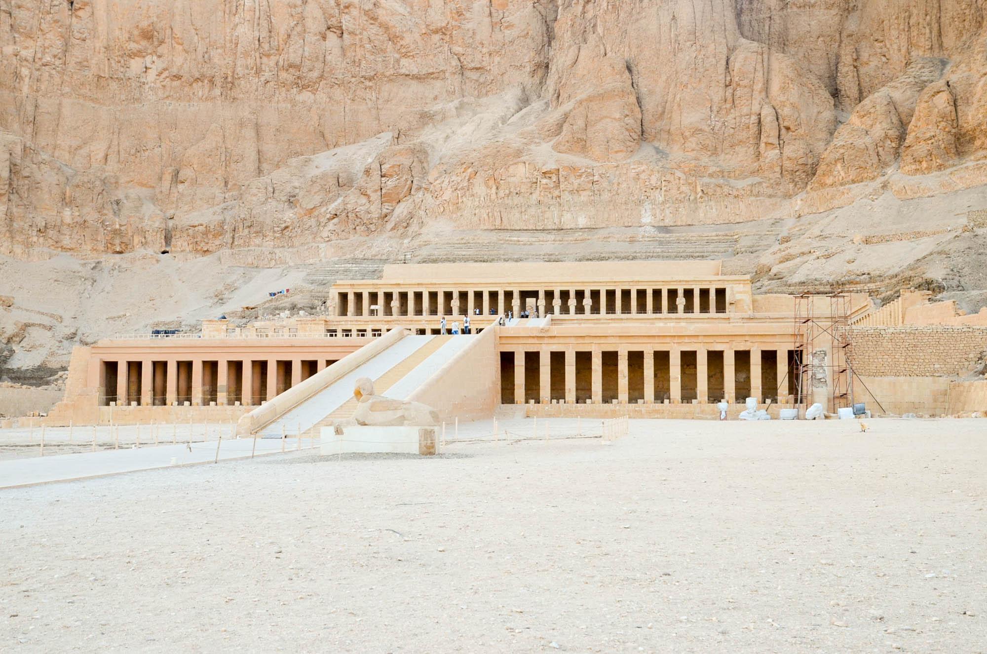 Der Totentempel der Hatschepsut am Westufer des Nils in Theben aus der 18. Dynastie um 1460 v. Chr. liegt am Fuße einer imposanten Felswand. Er wird derzeit von Archäologen restauriert. Foto: Matthieu Götz