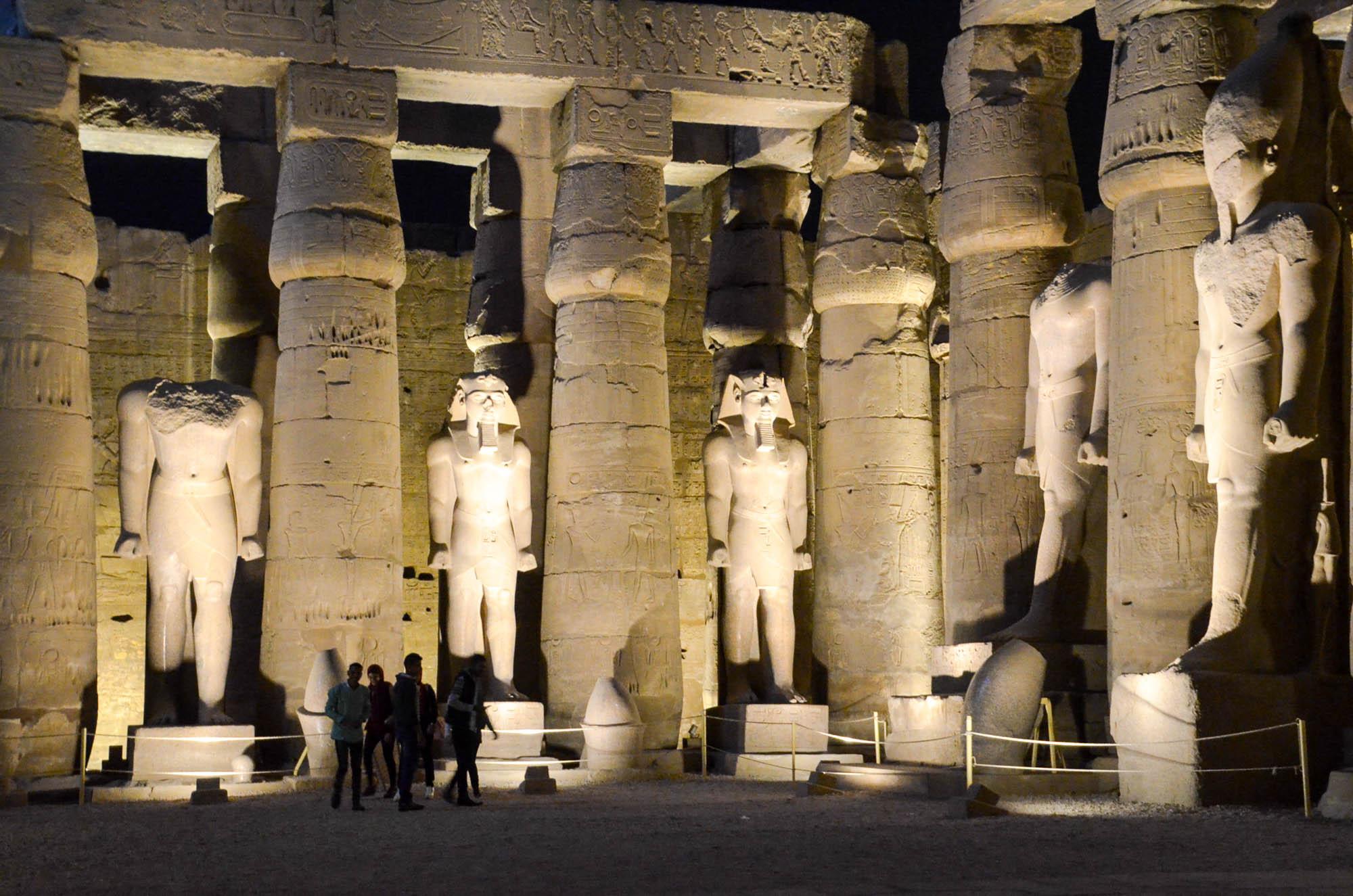 Der Luxor-Tempel ist bis spätabends geöffnet. Im ersten, von einer doppelten Kolonnade umgebenen, Hof stehen Statuen, die zwar den Namen von Ramses II. tragen, zum Teil aber aus der Zeit von Amenophis III. stammen. Foto: Matthieu Götz