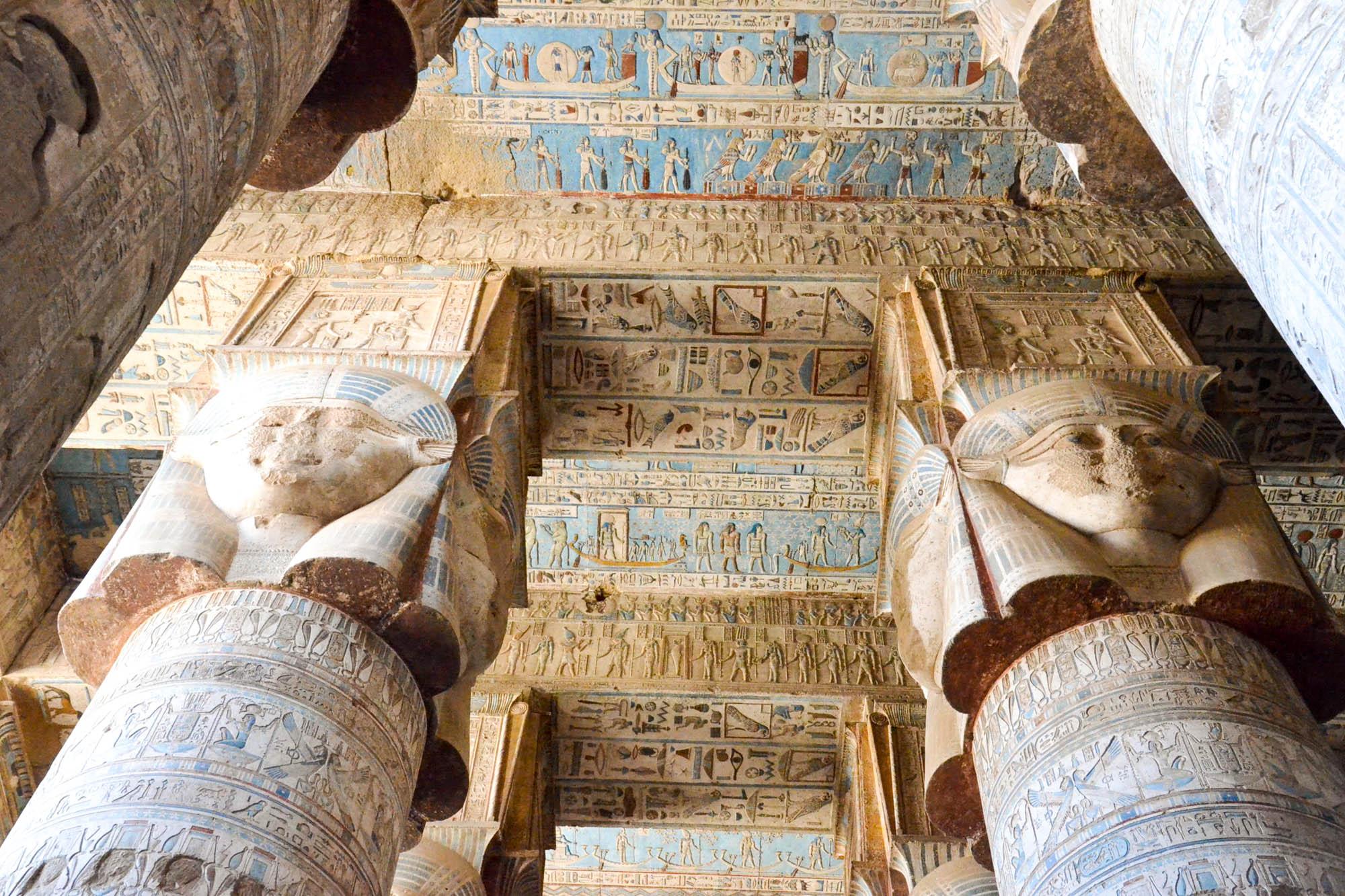 Die mächtigen Säulen in der Hypostylhalle des Tempels von Dendera sind mit einer Darstellung Hathors, erkennbar an den Kuhohren, gekrönt. Sie wurden in der Regierungszeit von Kaiser Tiberius in römischer Zeit errichtet. Foto: Matthieu Götz