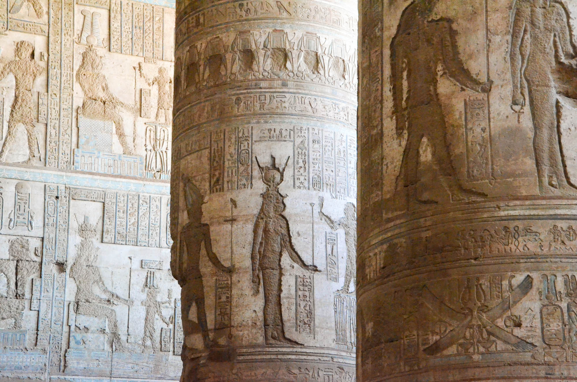 Frühe Christen zerstörten die kunsthistorisch wertvollen Darstellungen der heidnischen Göttin Hathor an den Wänden und Säulen im Tempel von Dendera, wodurch sie für die Nachwelt verloren gingen. Foto: Matthieu Götz.