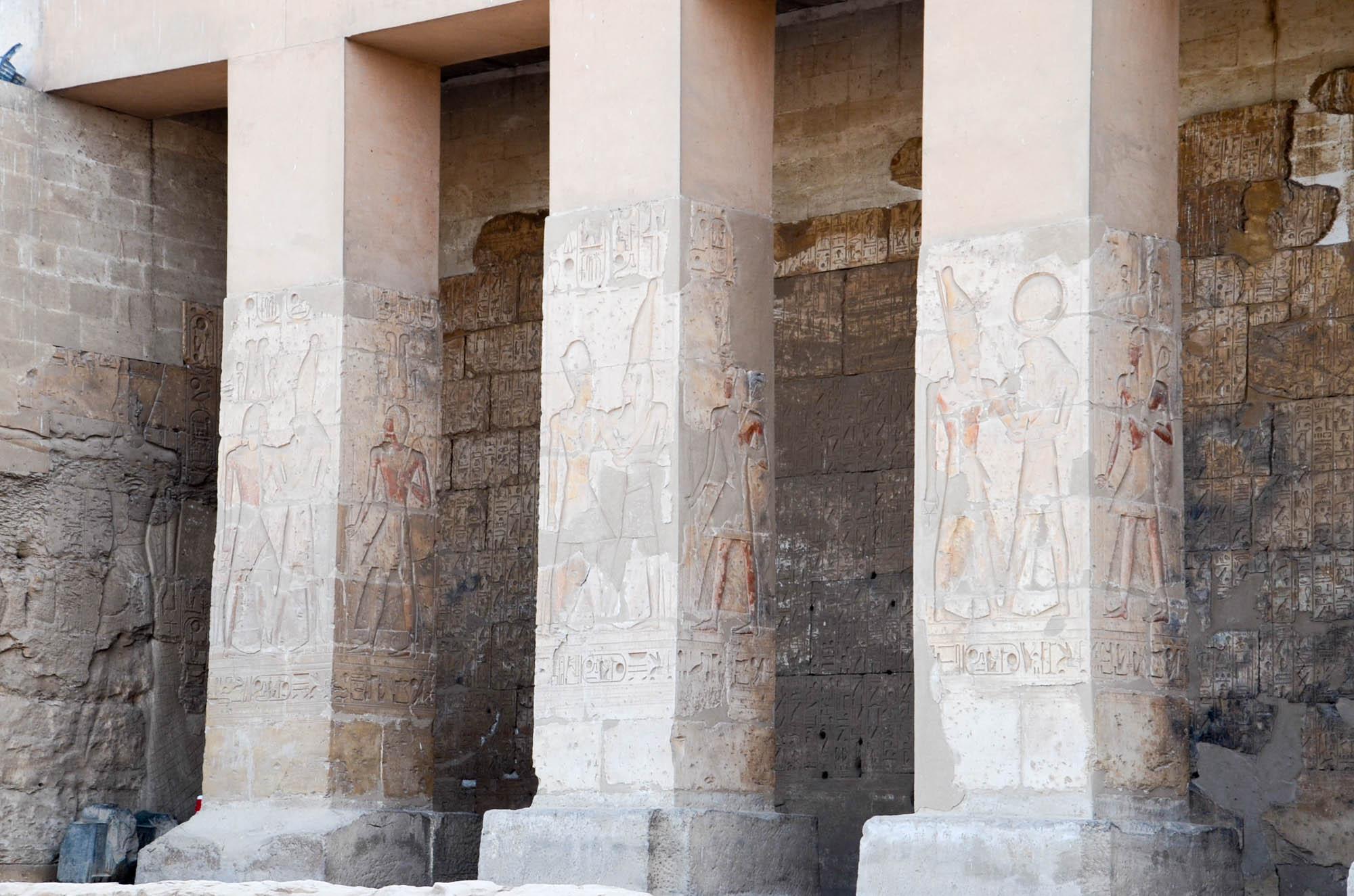 """Amun und Osiris begrüßen den Besucher des sogenannten """"Millionenjahrhauses"""", dem Totentempel von Sethos I. in Abydos. Foto: Matthieu Götz"""