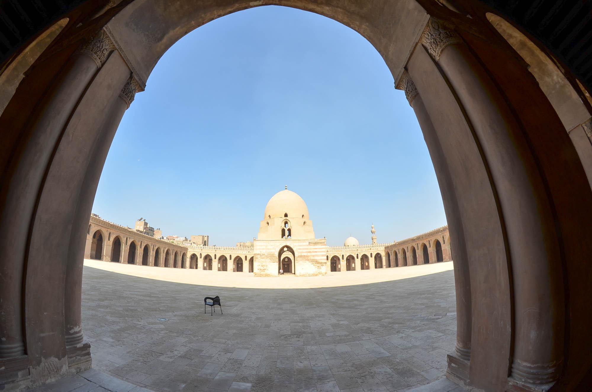 Der Legende nach errichtete der Begründer der Tuluniden-Dynastie, Ahmad Ibn Tulun, seine Moschee auf dem Jaschkur-Hügel, wo Abraham einen WIdder anstelle seines Sohnes Isaak geopfert haben soll. Sie wurde von 876 bis 879 gebaut. Foto: Matthieu Götz
