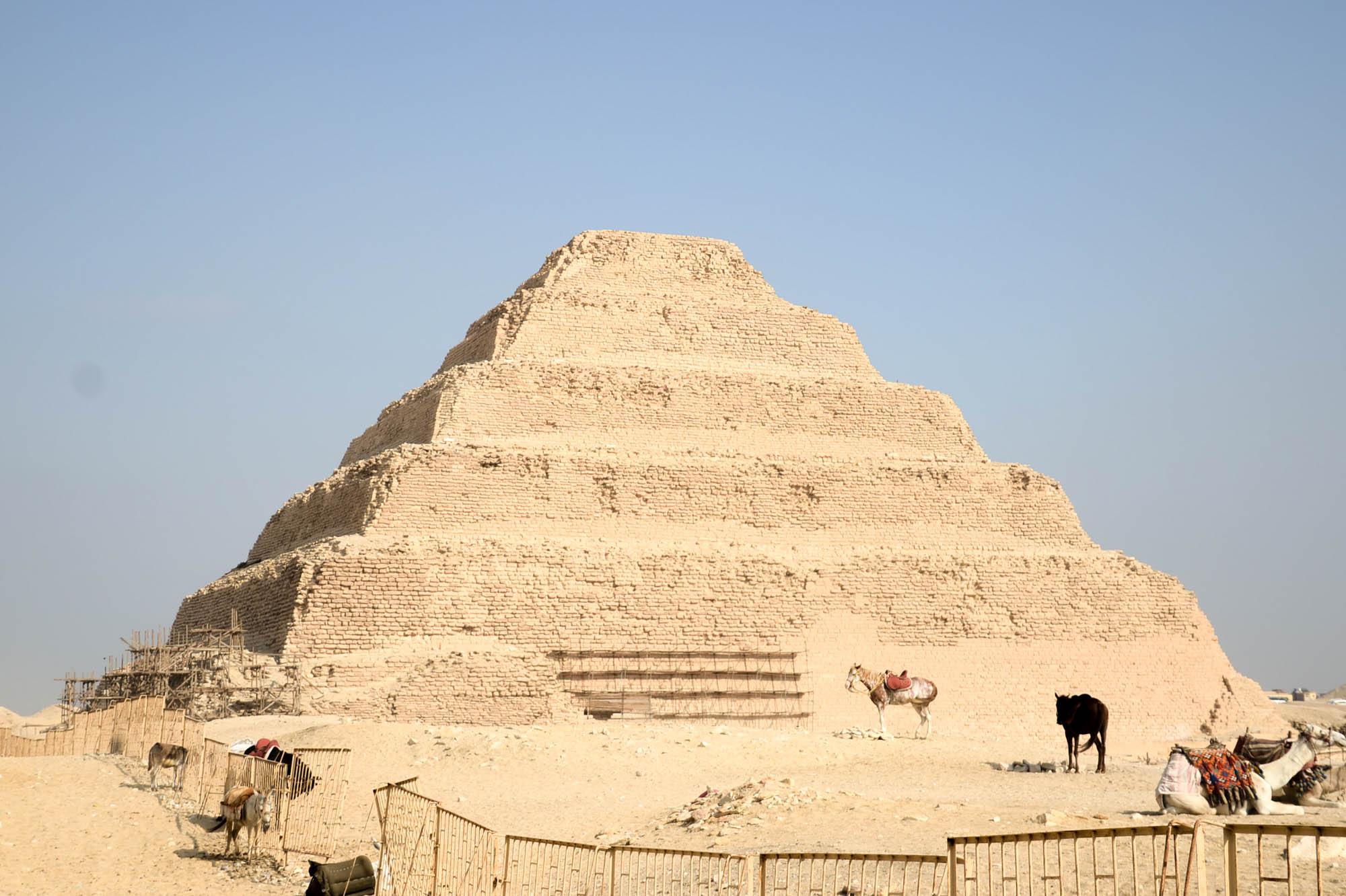 Die Stufenpyramide des Djoser in Saqqara aus der 3. Dynastie ist die älteste Pyramide in Ägypten. Auf die ursprünglich quadratische Mastaba wurde in mehreren Bauschichten eine Stufenform geschichtet. Foto: Matthieu Götz.