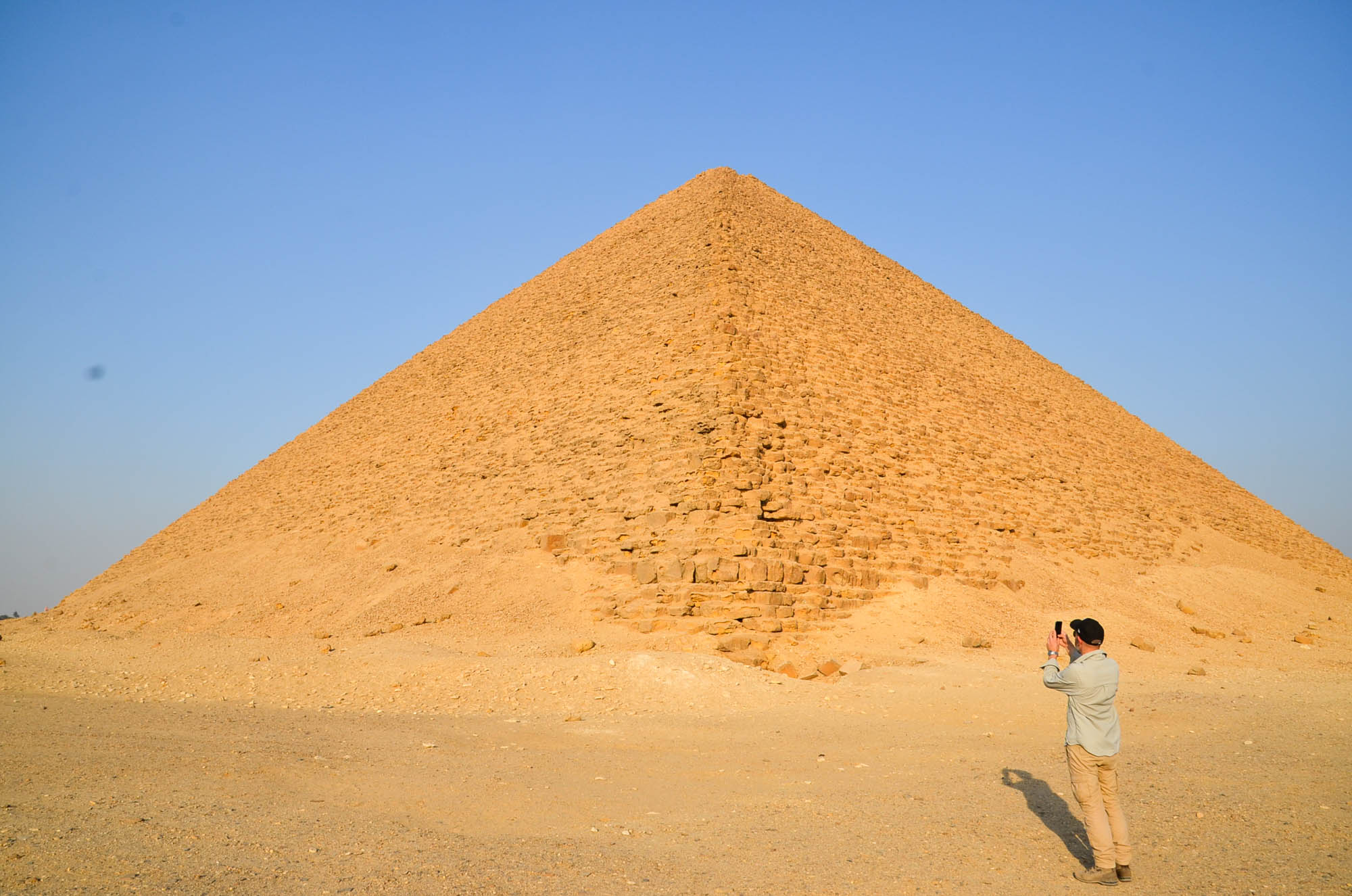 """Snofrus Rote Pyramide in Dahschur ist die erste fertiggestellte """"echte"""" Pyramide Ägyptens. Sie ist etwa 100 Meter hoch und stammt aus der 4. Dynastie. Foto: Matthieu Götz"""